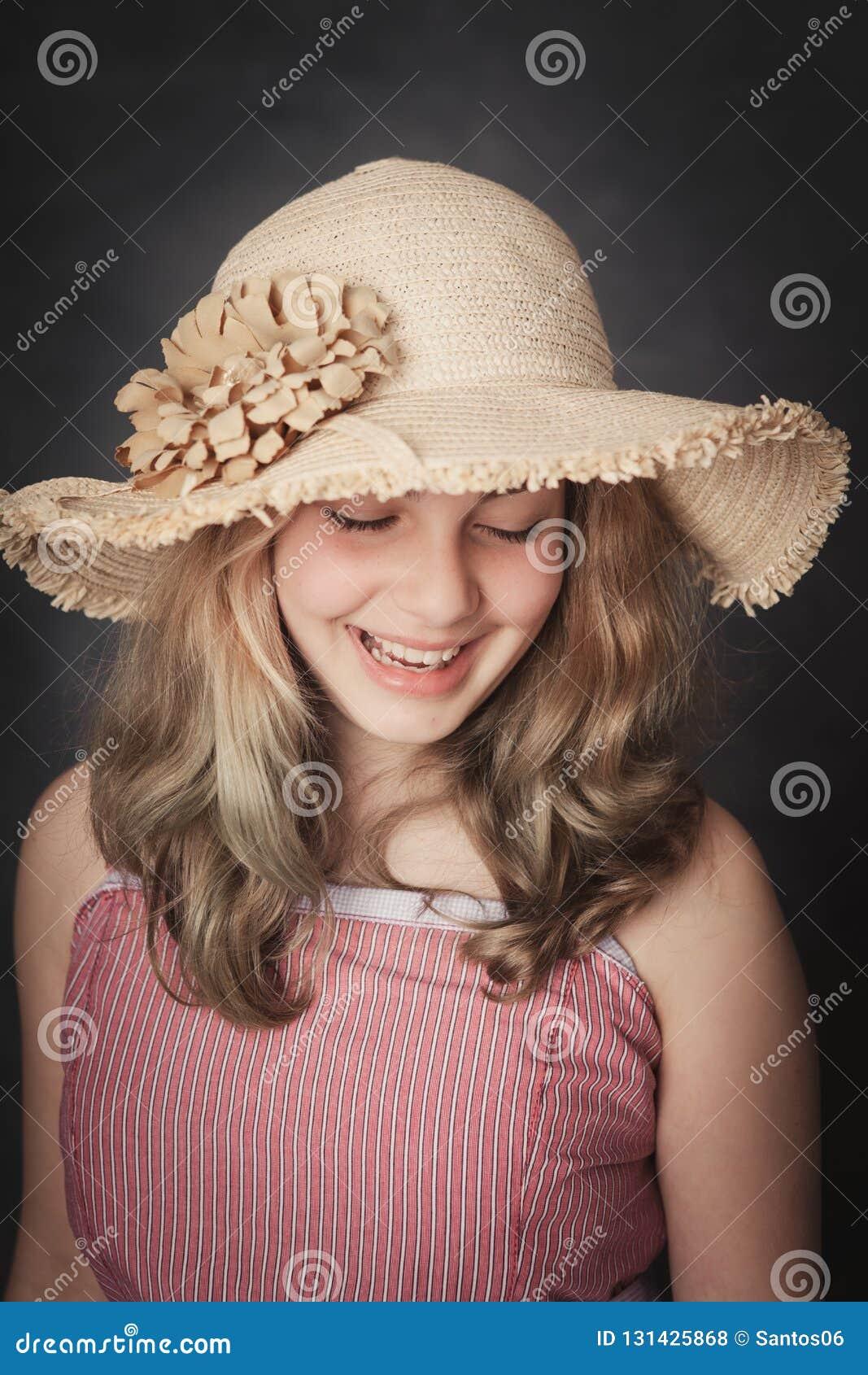 有草帽微笑的女孩
