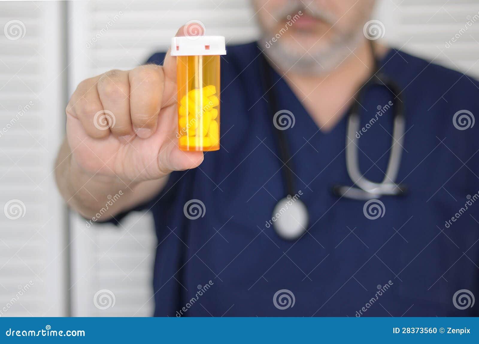 有药瓶的医生