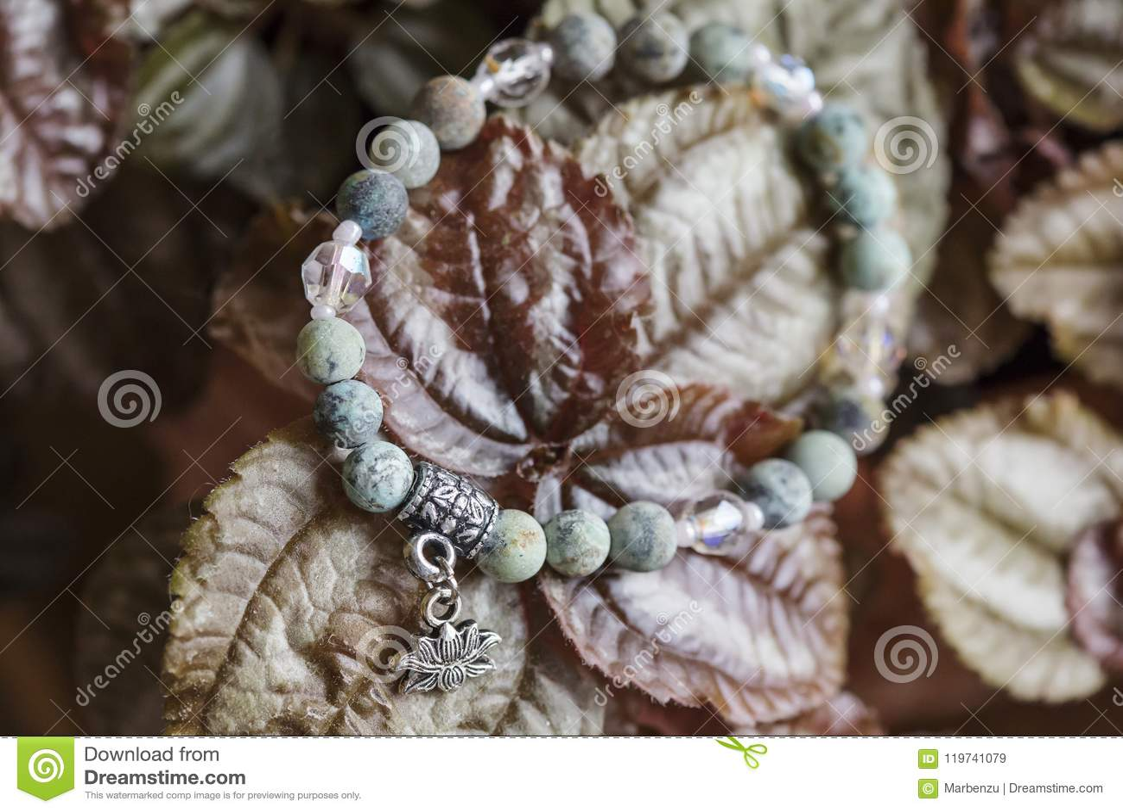 有莲花垂饰的自然绿松石石头瑜伽镯子