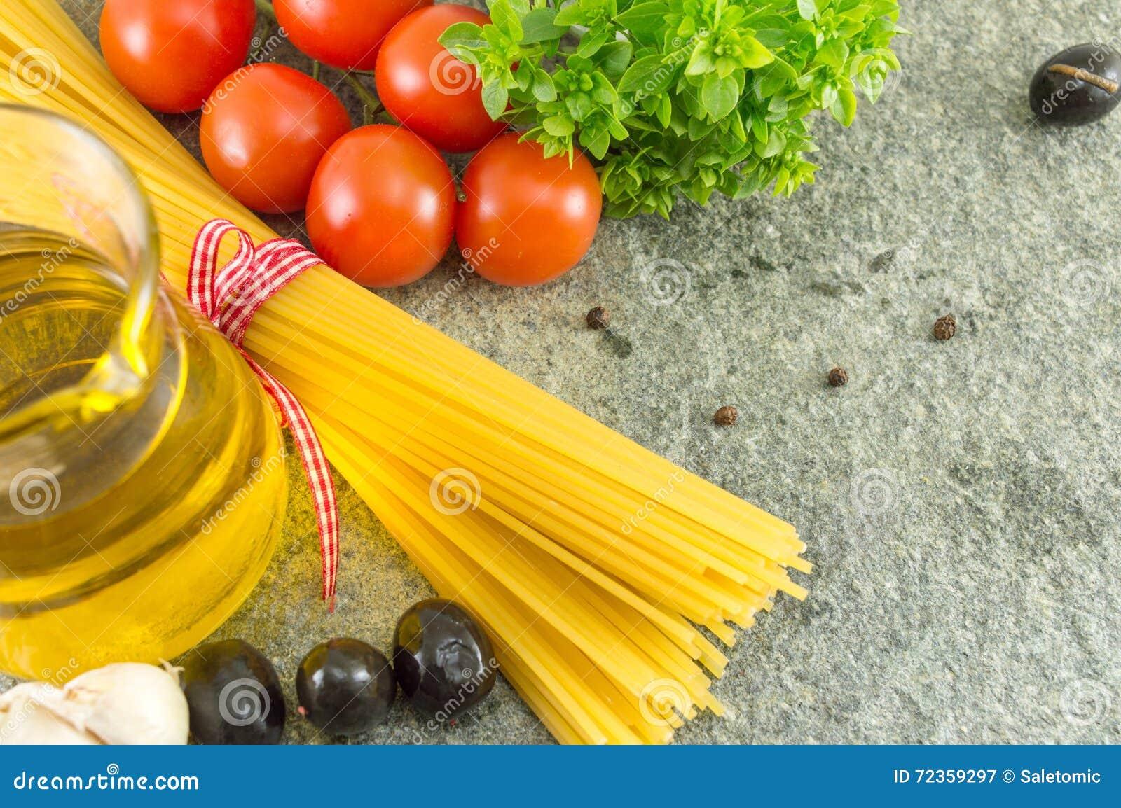 有菜和橄榄色的oild的未煮过的意粉