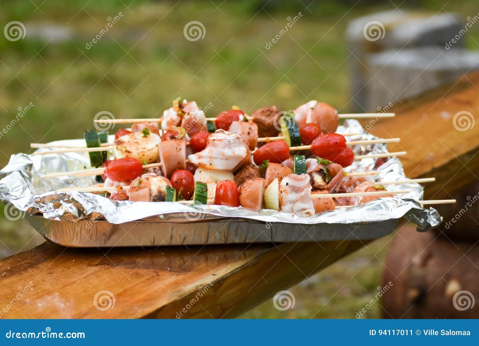 有菜的串和香肠、烟肉和丸子