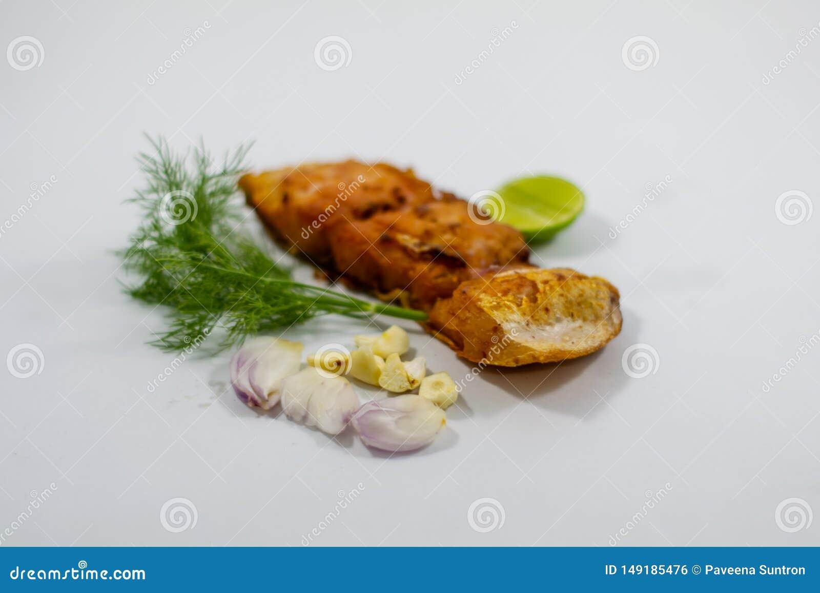 有菜的,葱,大蒜油煎的用卤汁泡的鱼片