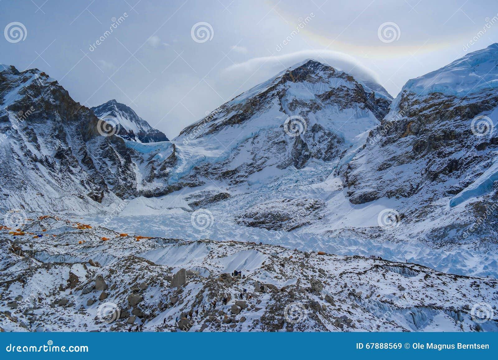 有营地的珠峰在山的前面