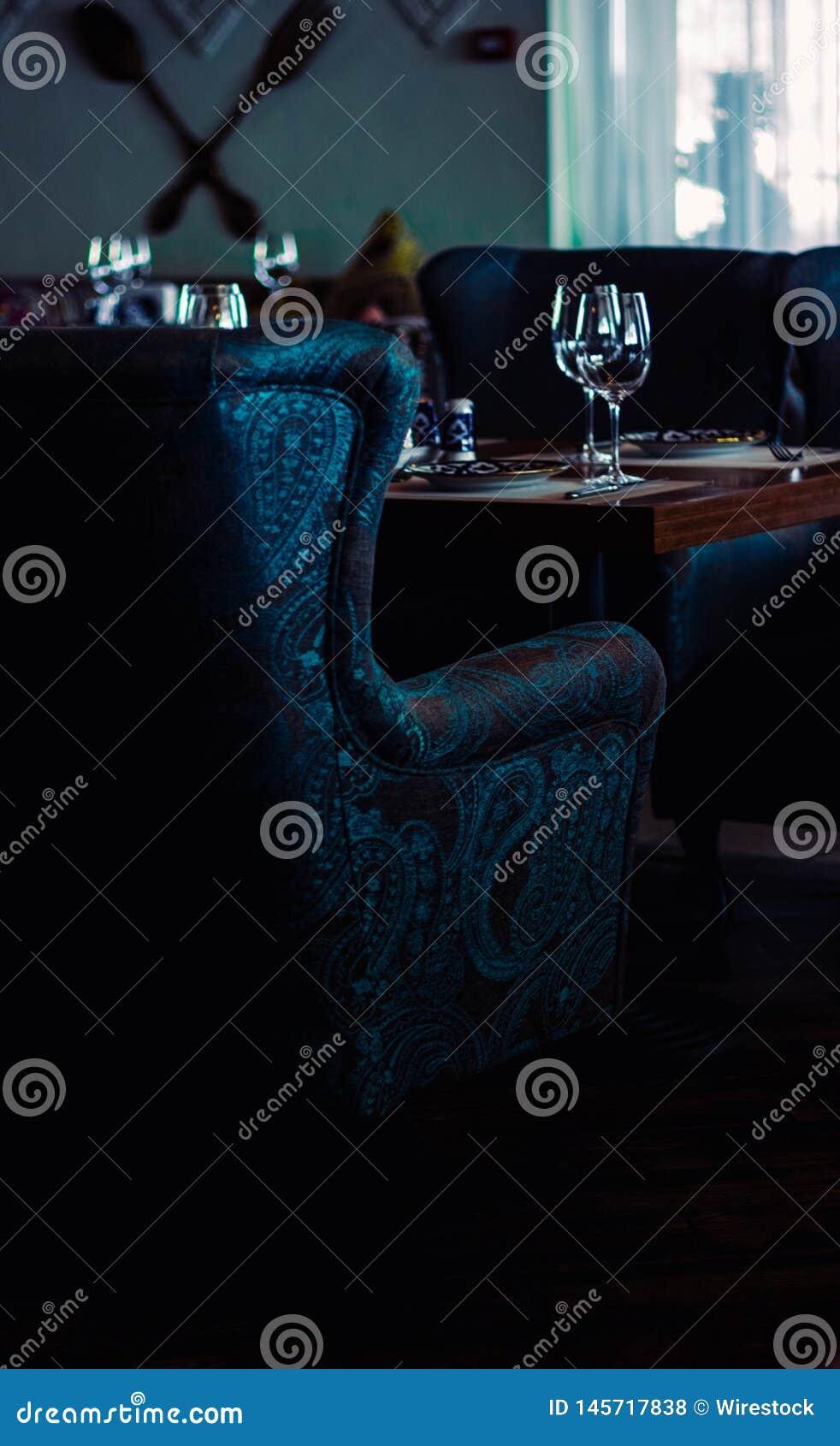 有葡萄酒蓝色扶手椅子的一家经典餐馆