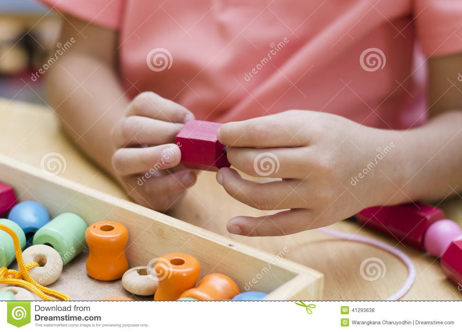 有蒙台梭利材料色的小珠的小男孩