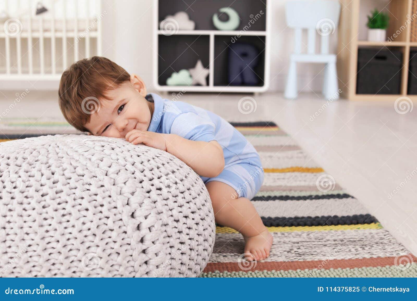 有蒲团的逗人喜爱的婴孩在家