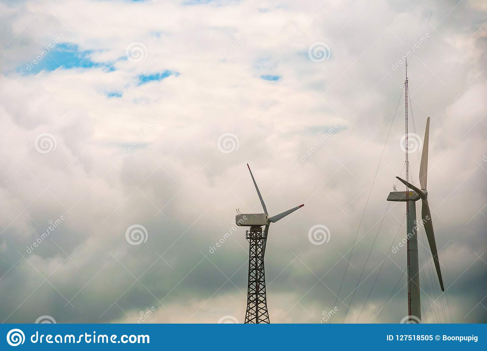 有蓝天和云彩的,风力驻地风轮机 生态能量构成