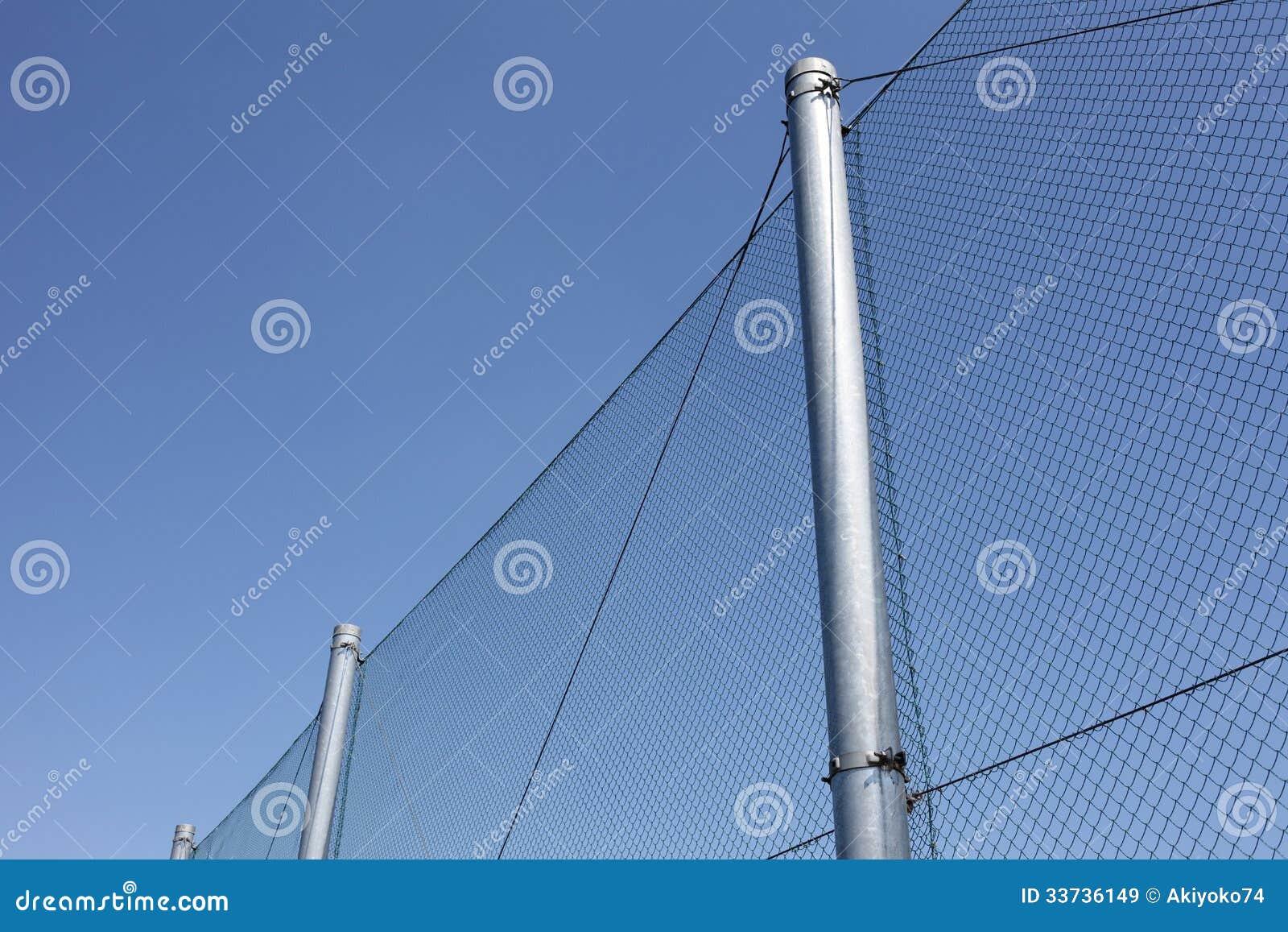 有蓝天的金属线篱芭