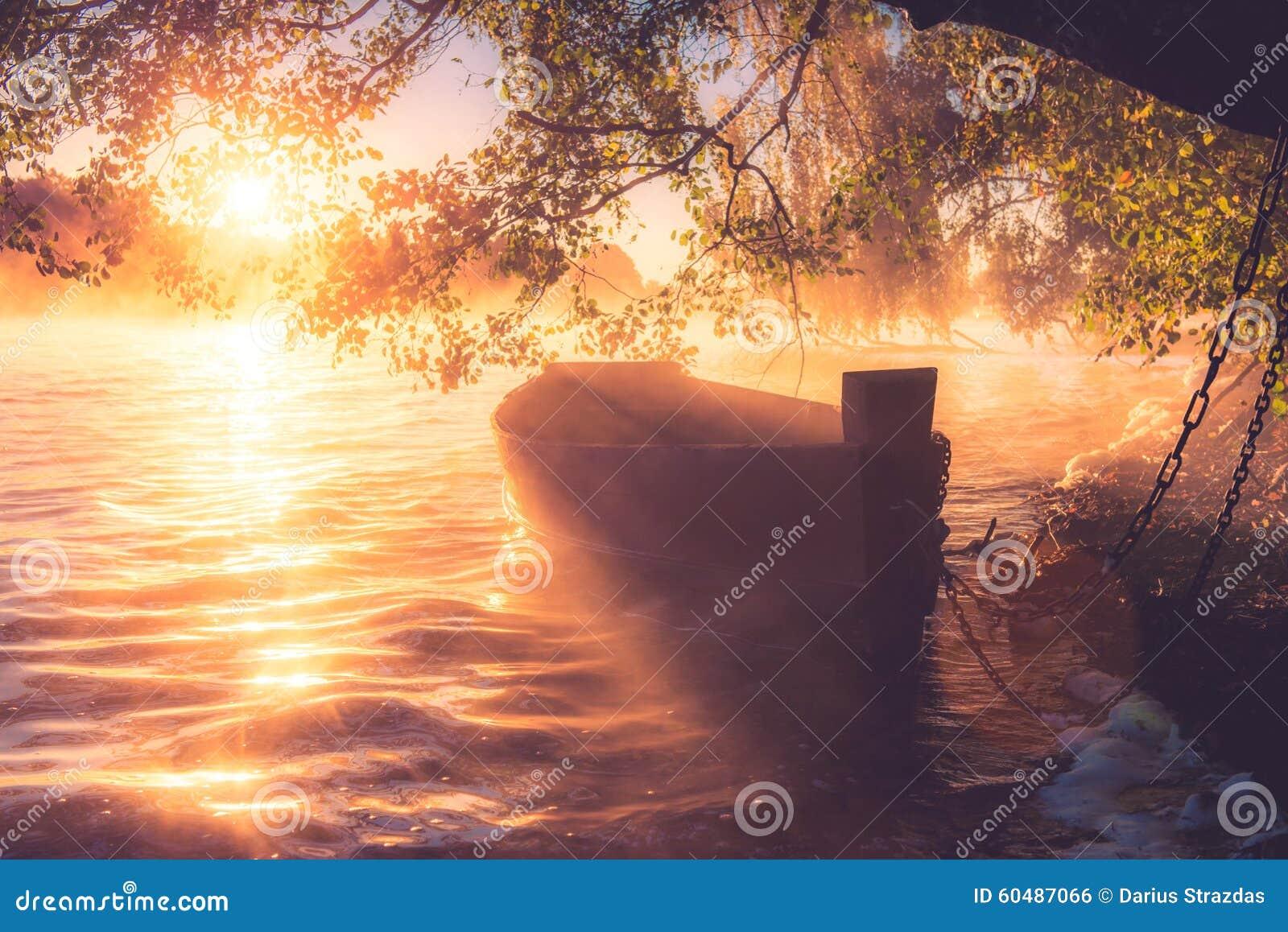 有薄雾的日出湖