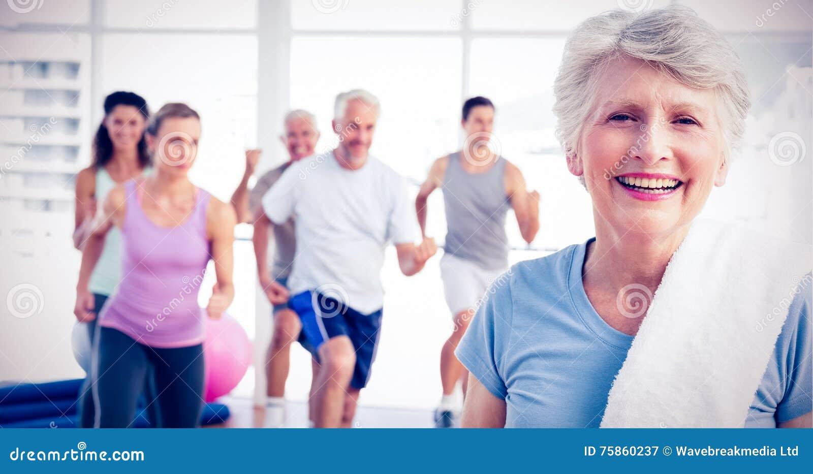 有行使在健身演播室的人的资深妇女