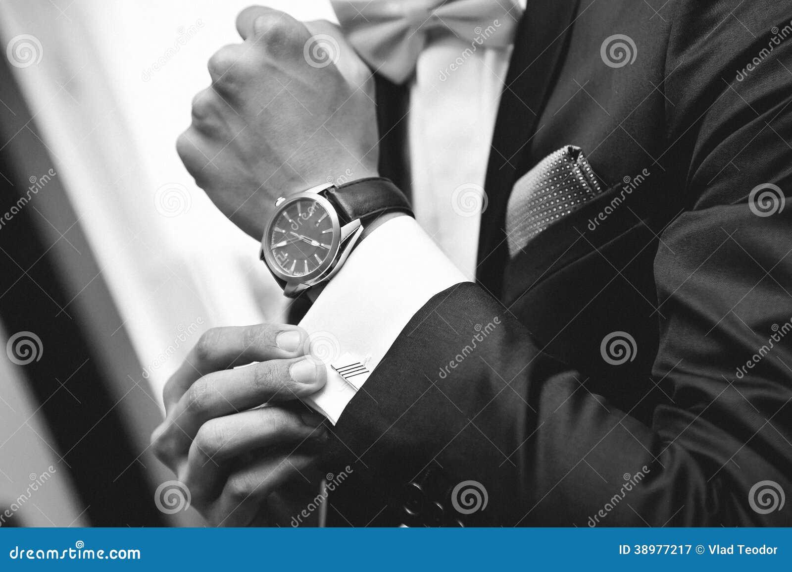 有衣服和手表的人在手边