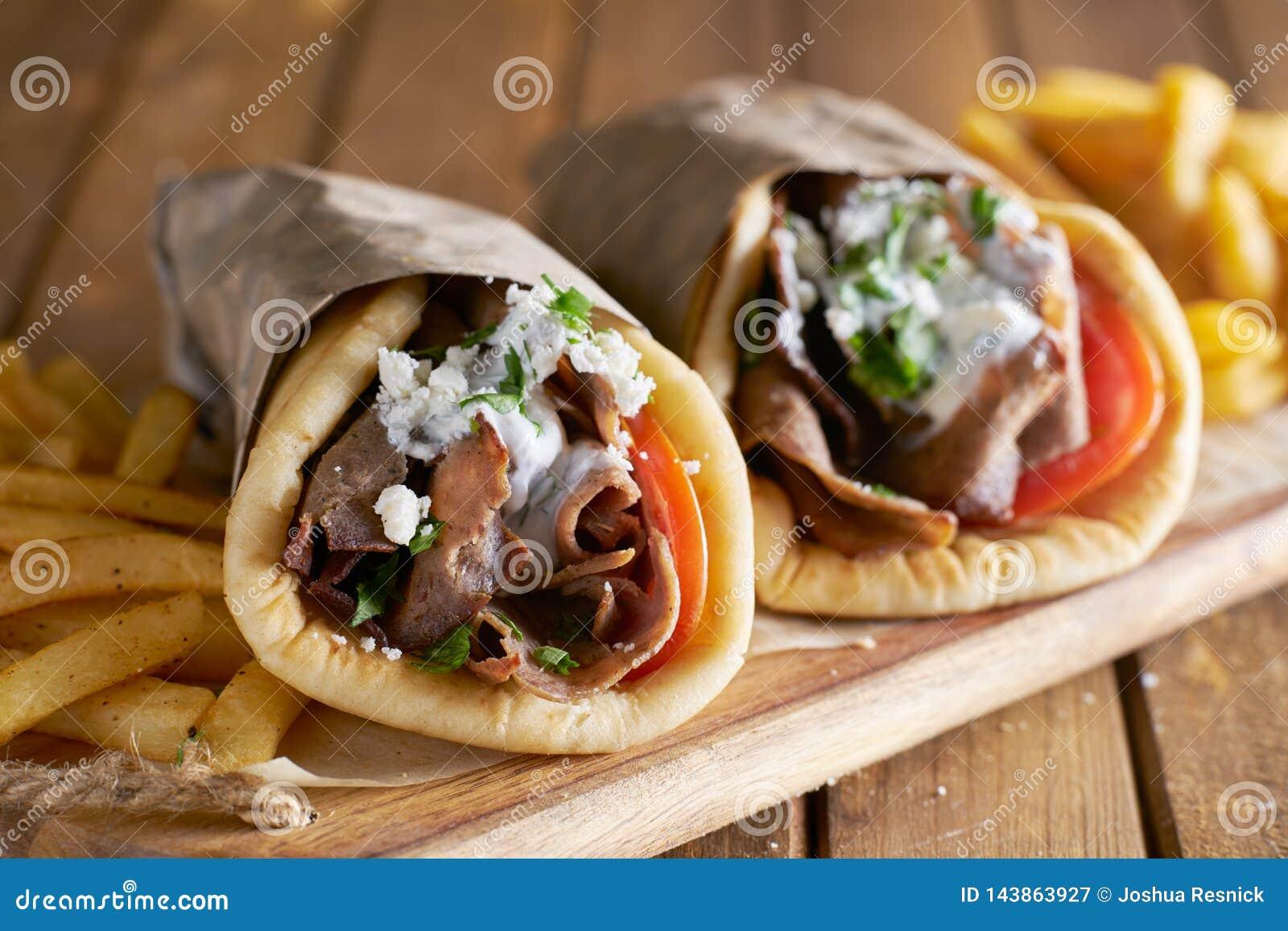 有被刮的羊羔和薯条的两希腊电罗经