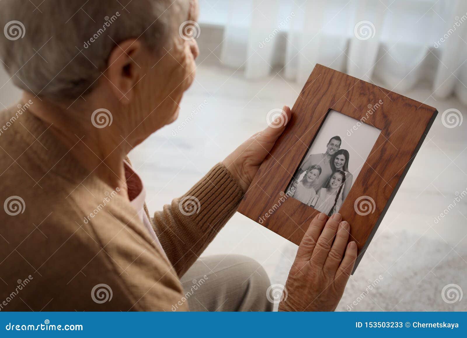 有被构筑的家庭画象的年长妇女