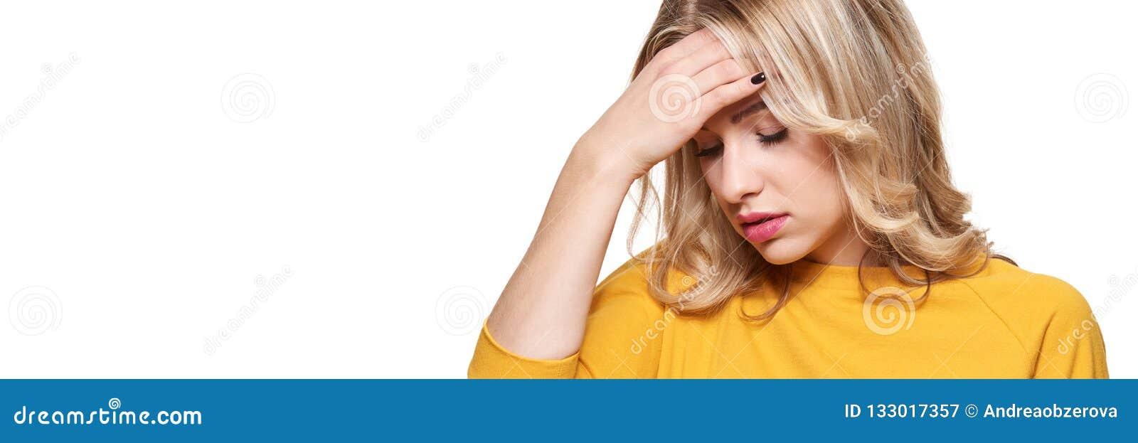 有被注重的被用尽的年轻的女性头疼 感觉的压力和重音横幅 有头的沮丧的妇女在手上