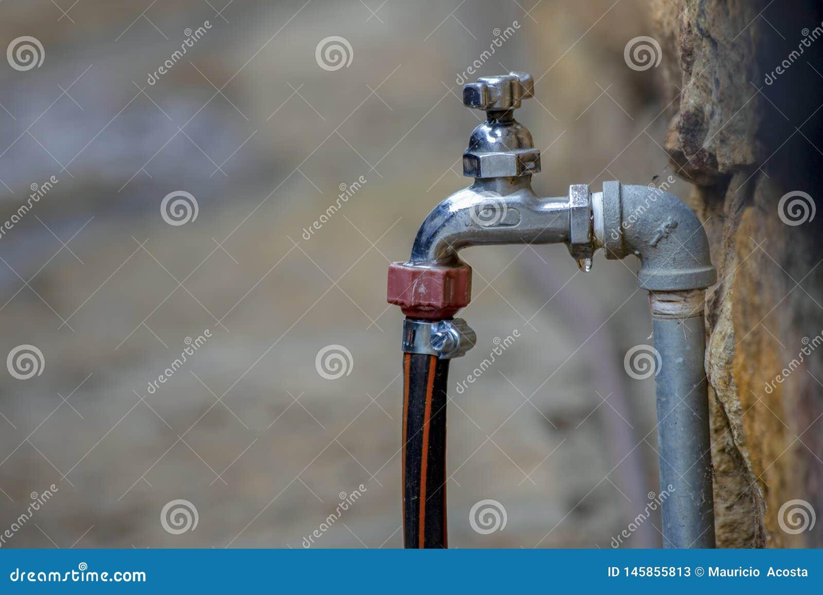 有被连接的水管的滴下的龙头
