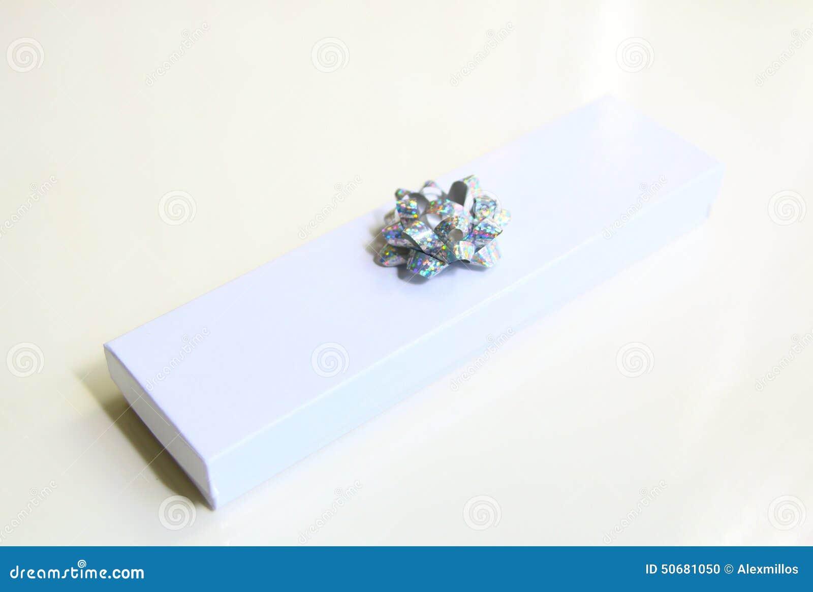 Download 有被隔绝的银色丝带弓的礼物盒 库存照片. 图片 包括有 组合证券, 圣诞节, 庆祝, 棚车, 购物, 看板卡 - 50681050