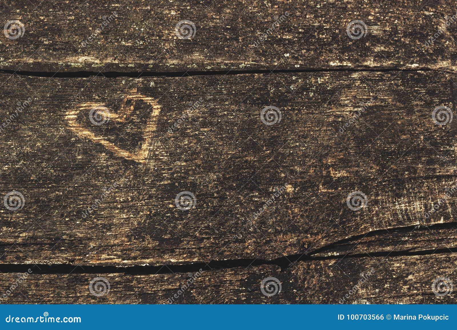 有被雕刻的心脏形状的老木板