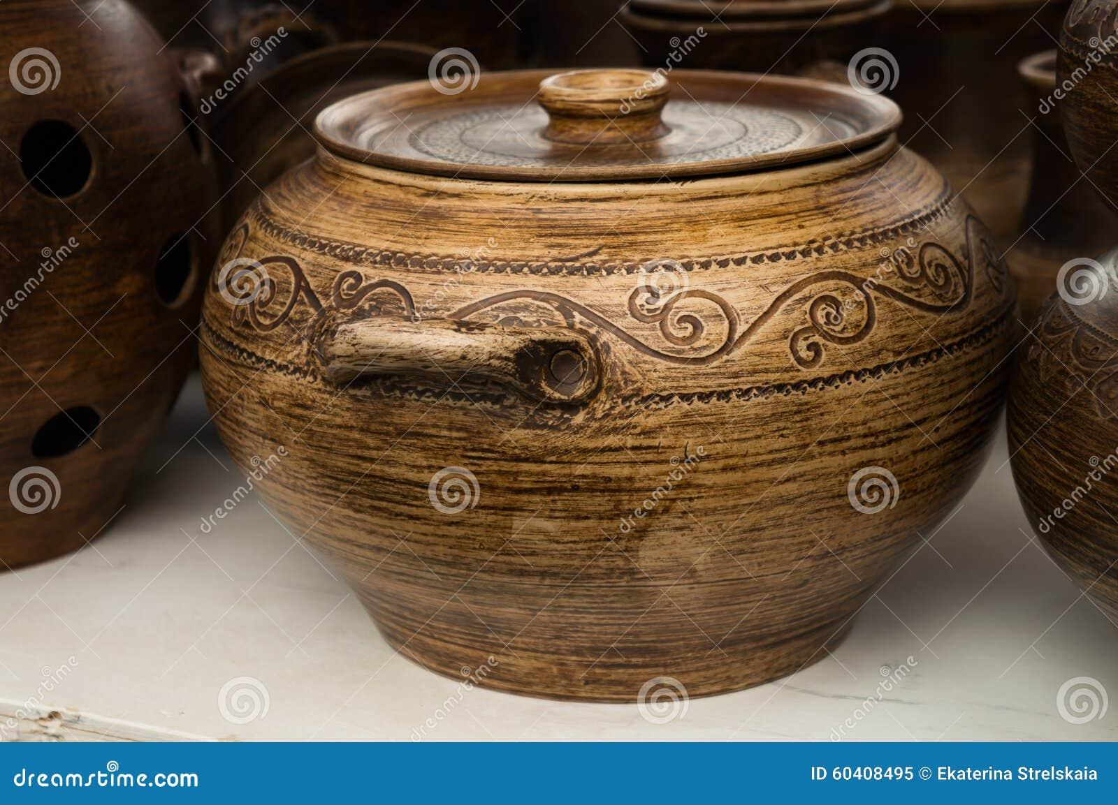 有装饰品的陶器罐
