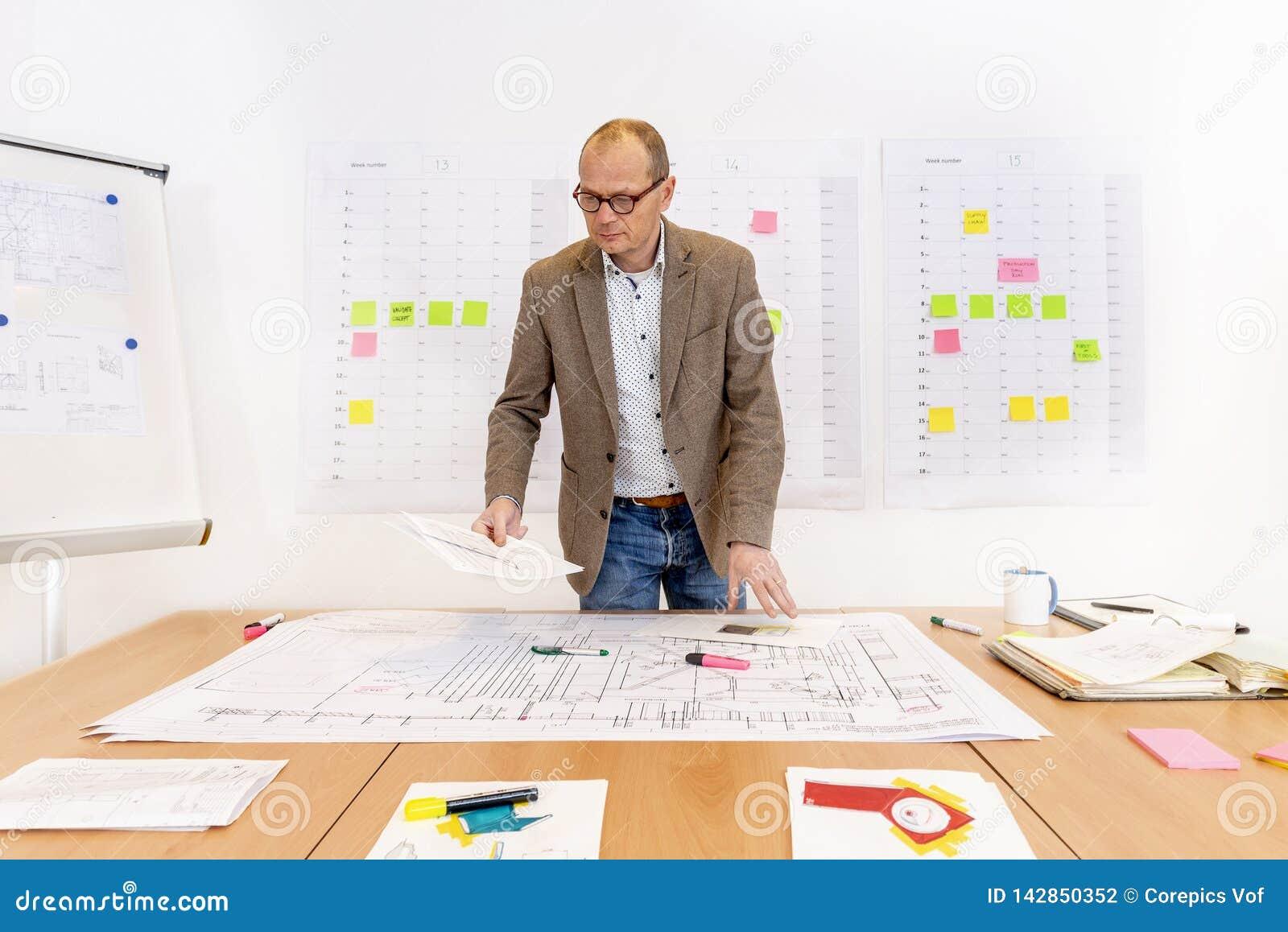 有计划和技术图画的承包商办公室