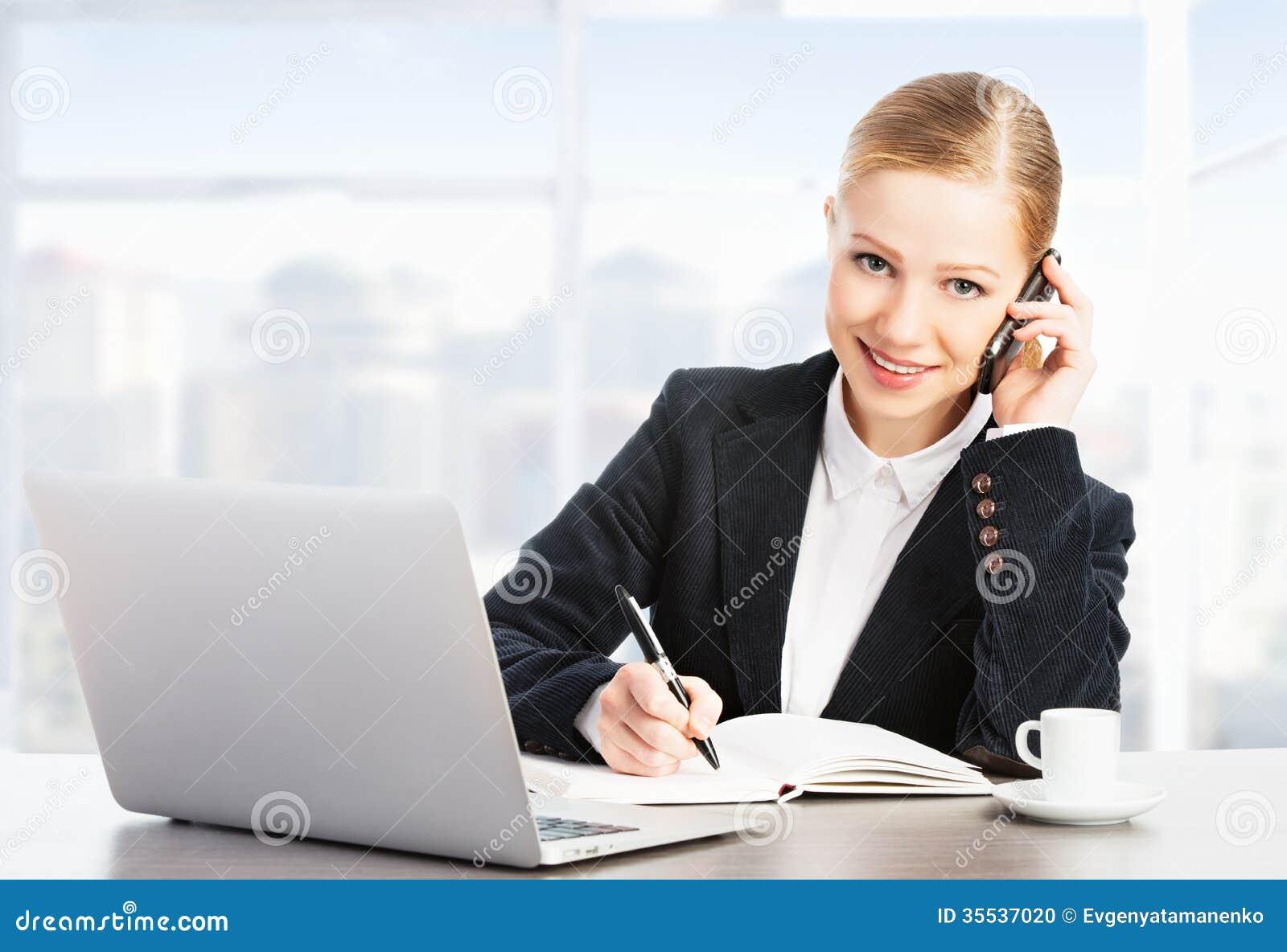 有计算机膝上型计算机和电话的女商人