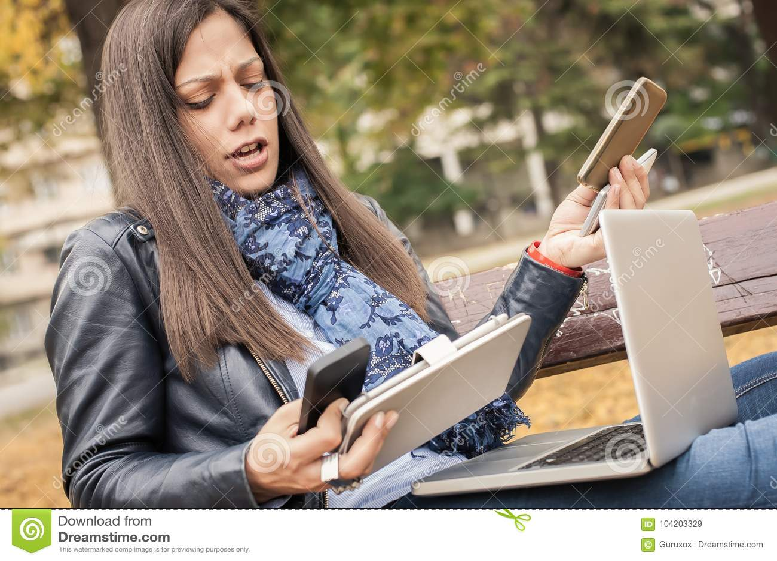 有许多屏幕、mobils、片剂和lapto的歇斯底里的女孩