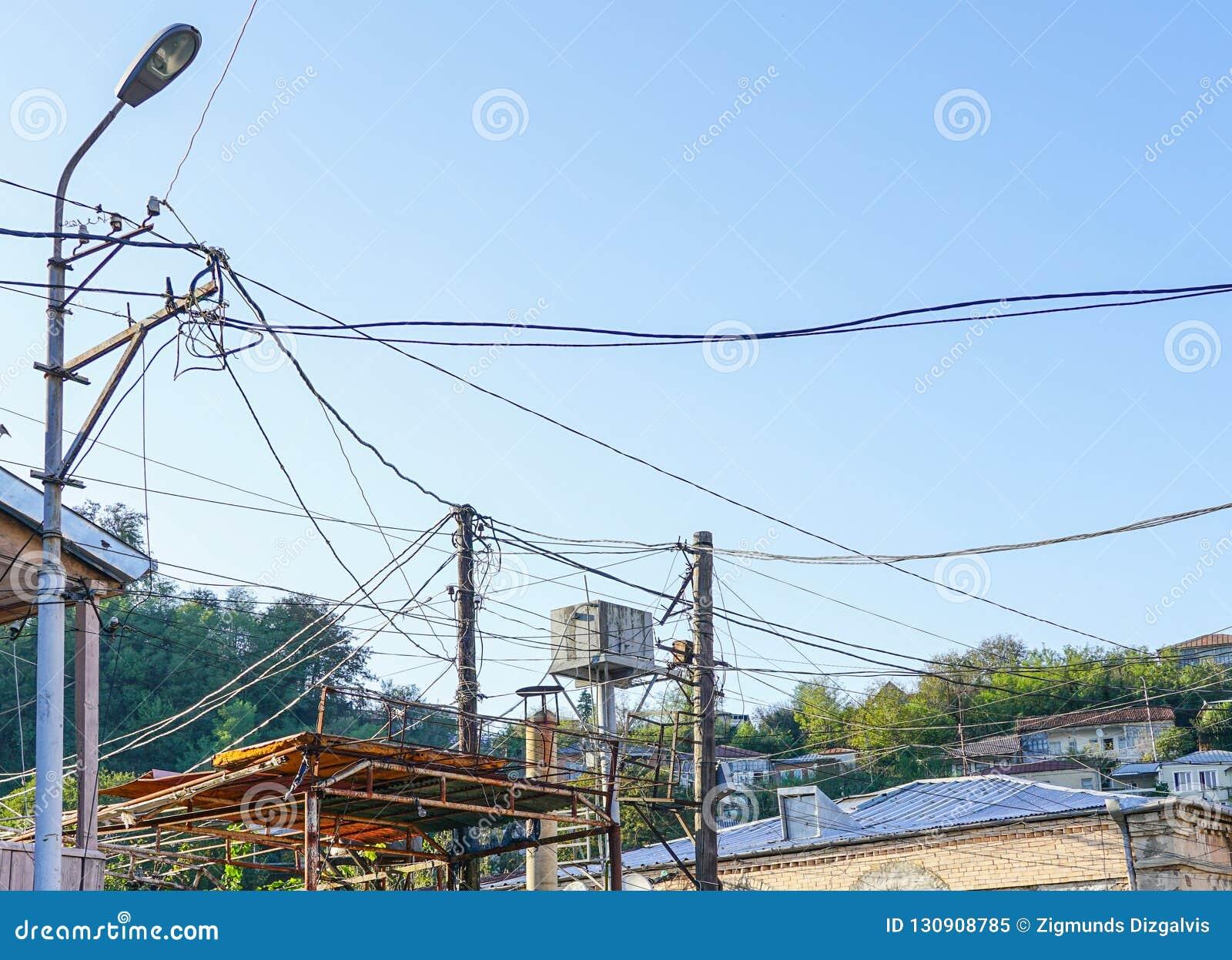 有许多电供应导线或缆绳的老点燃的岗位电话通信的