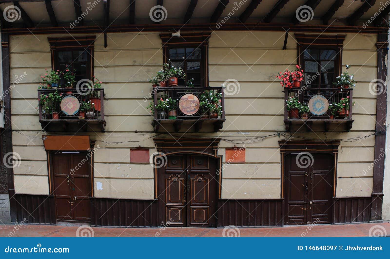 有许多的老殖民地房子在balkony,一个典型的假日视图的花