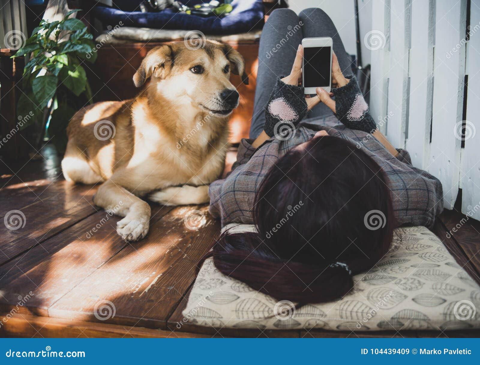 有说谎在大阳台的电话和狗的女孩