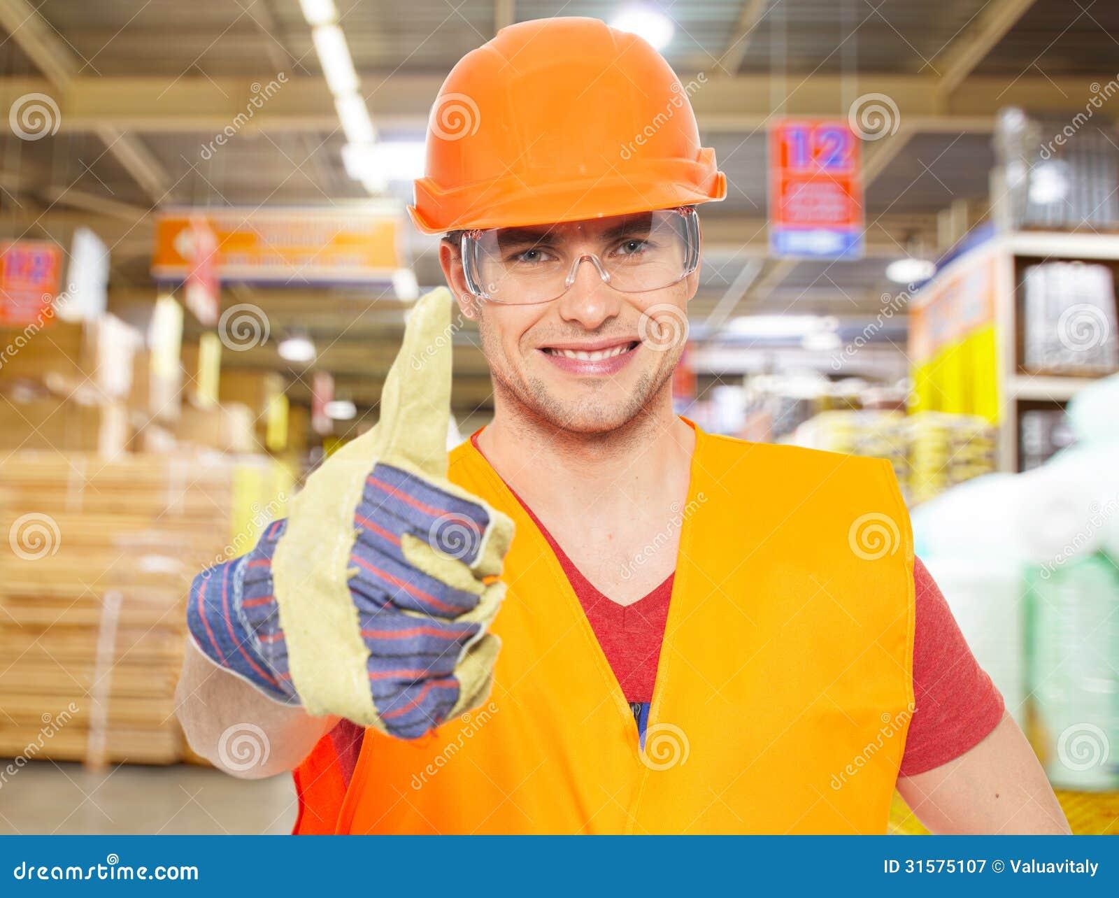 有赞许的专业年轻工人在商店