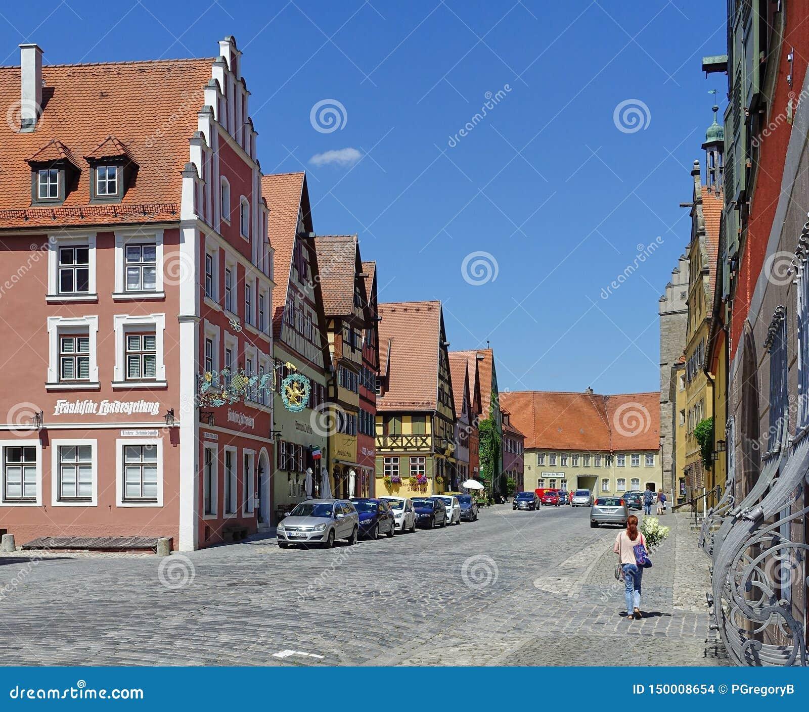 有走与新伐花的妇女的中世纪街道