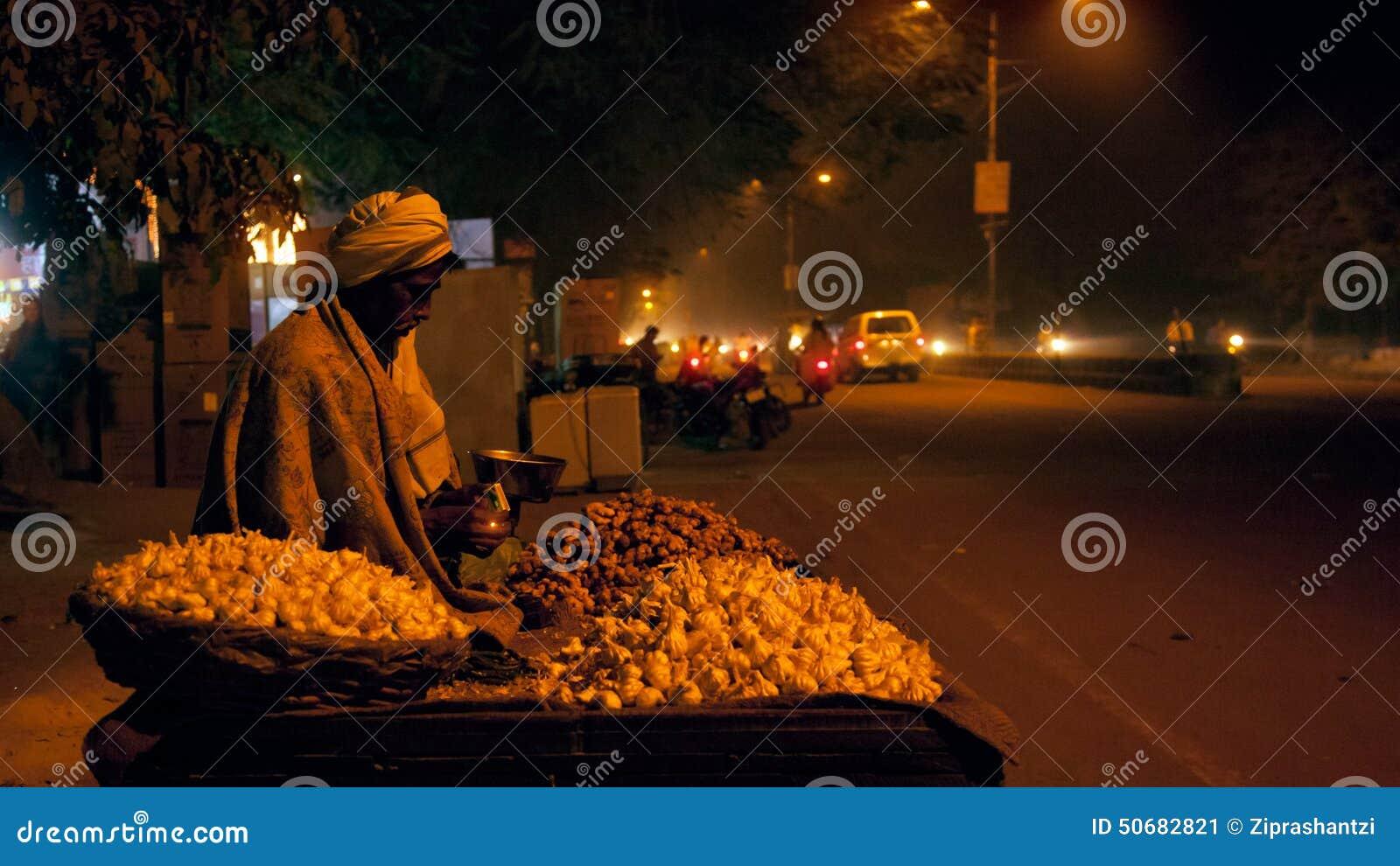 Download 有轮子推车的老印地安摊贩在晚上 编辑类照片. 图片 包括有 健康, 繁忙, 生活方式, 供营商, 新鲜, 停转 - 50682821