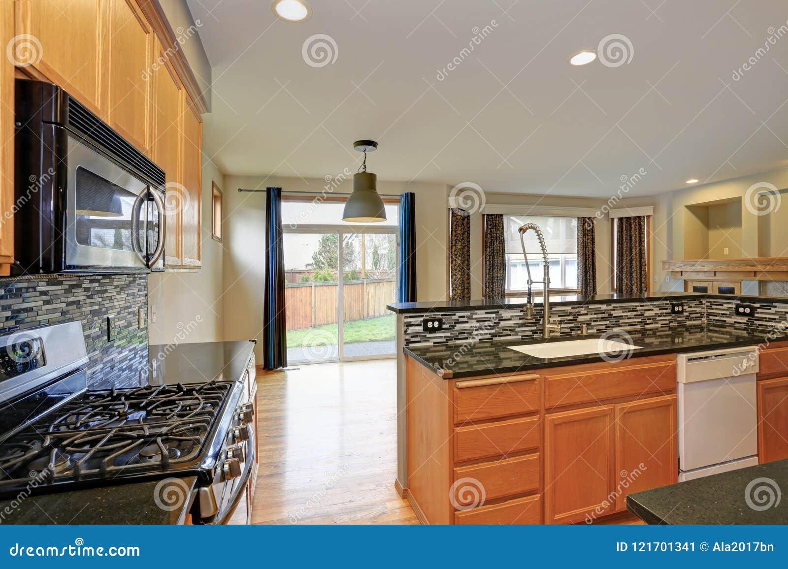 有轻的木细木家具的小紧凑厨房室