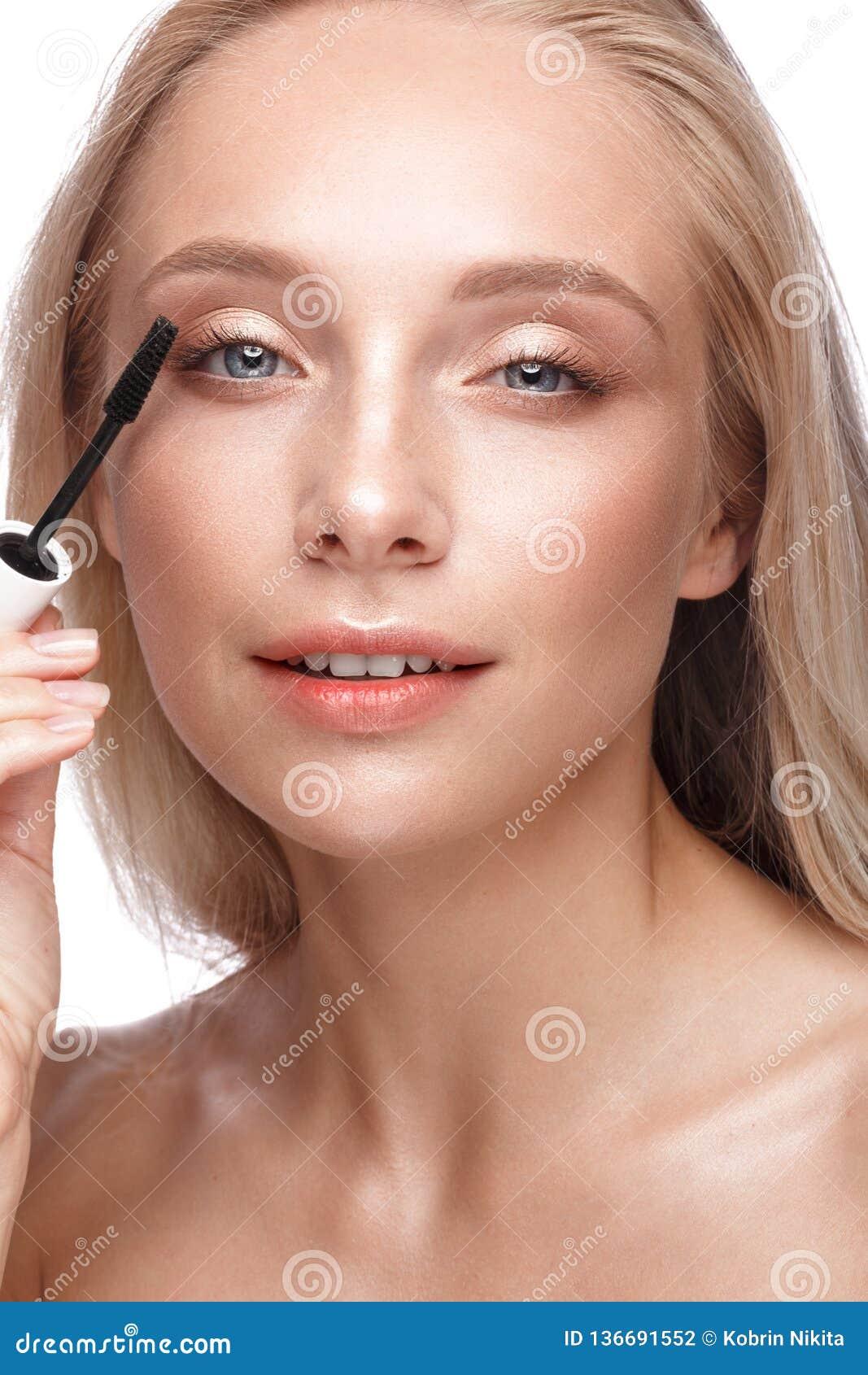 有轻的自然构成、染睫毛油和裸体修指甲的美丽的少女 秀丽表面