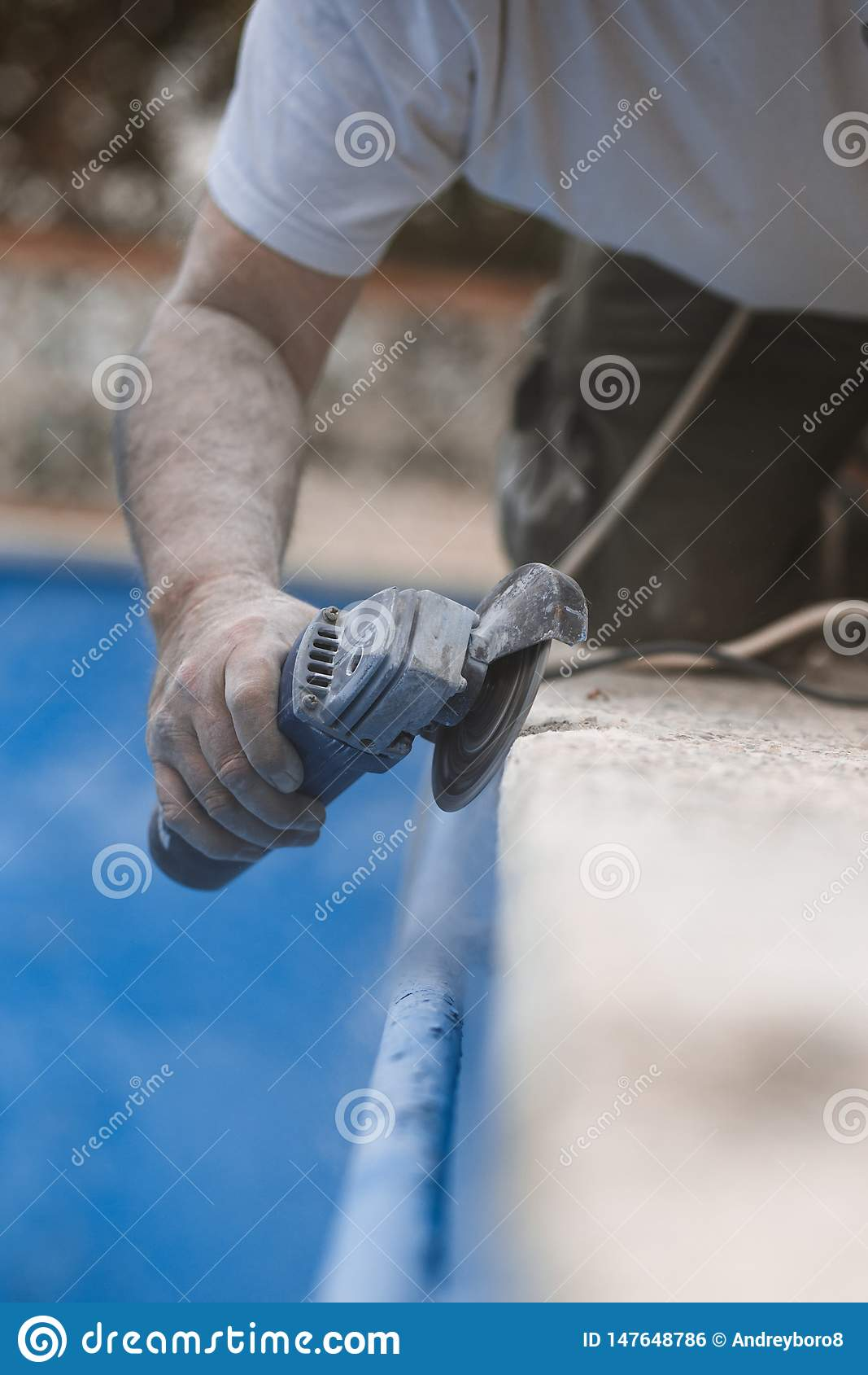 有辐形的工作者看见了与在空气的尘土有蓝色背景