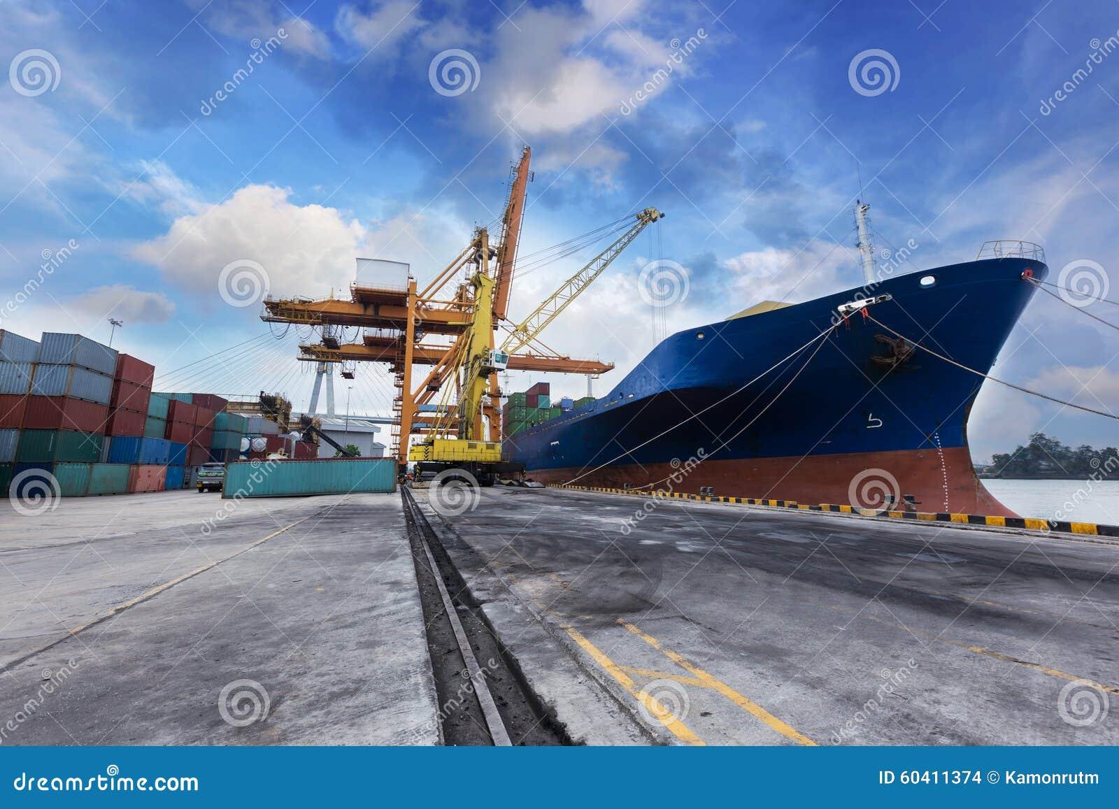 有运作的起重机bridg的工业容器货物货物船