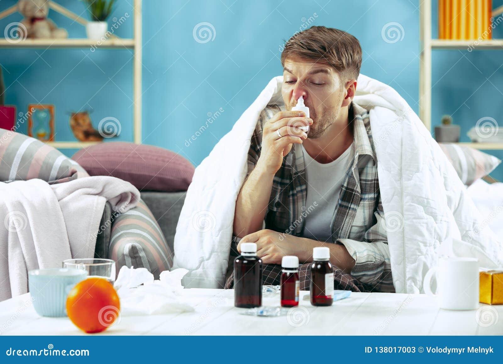 有通气管的有胡子的病的人在家坐沙发 病症,流行性感冒,痛苦概念 家庭放松 医疗保健