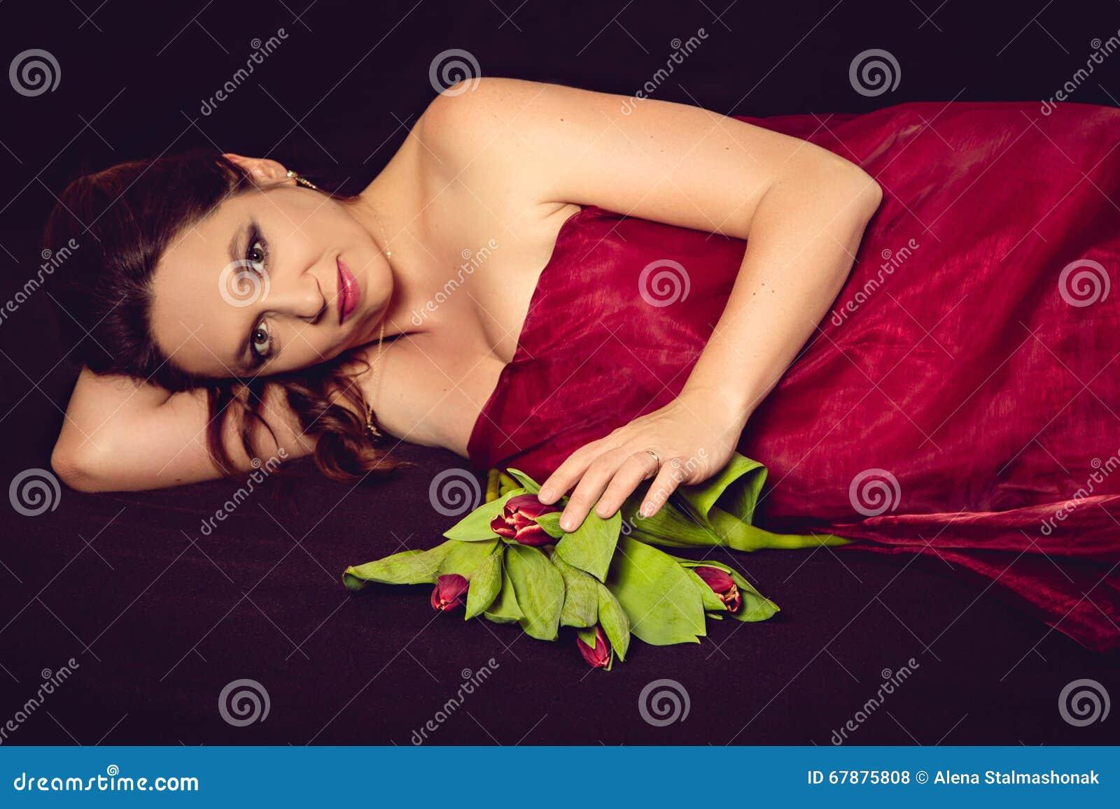 有郁金香花束的孕妇