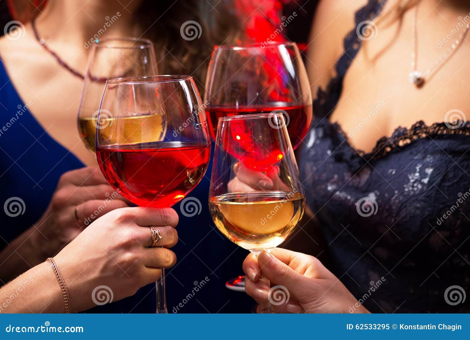 有酒水晶玻璃的妇女的手