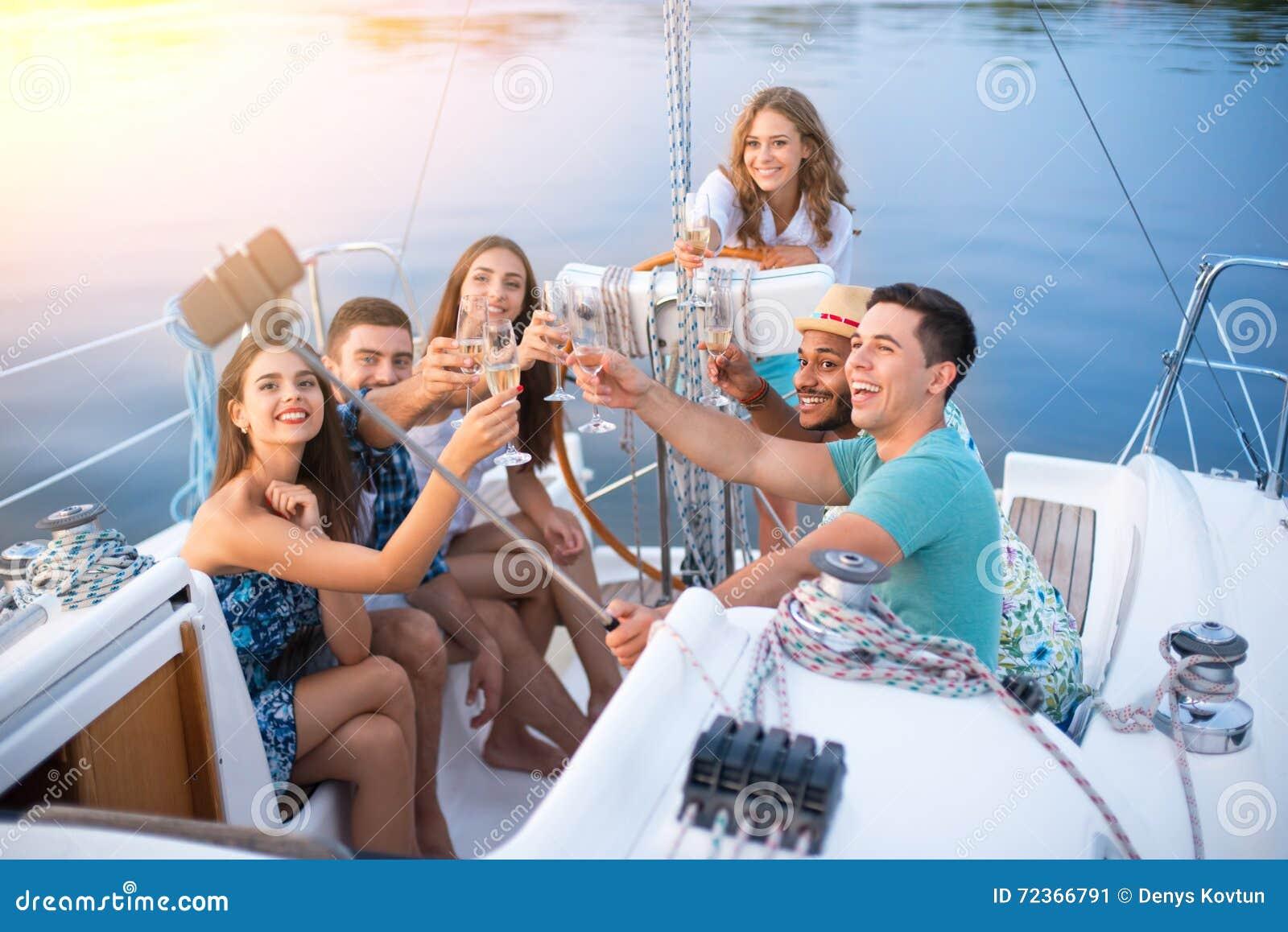 有采取selfies的饮料的人们