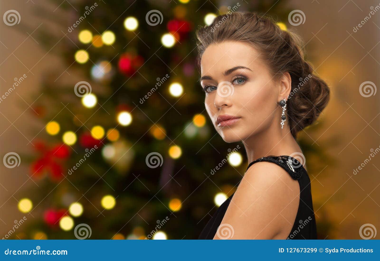 有金刚石首饰的美丽的妇女在圣诞节