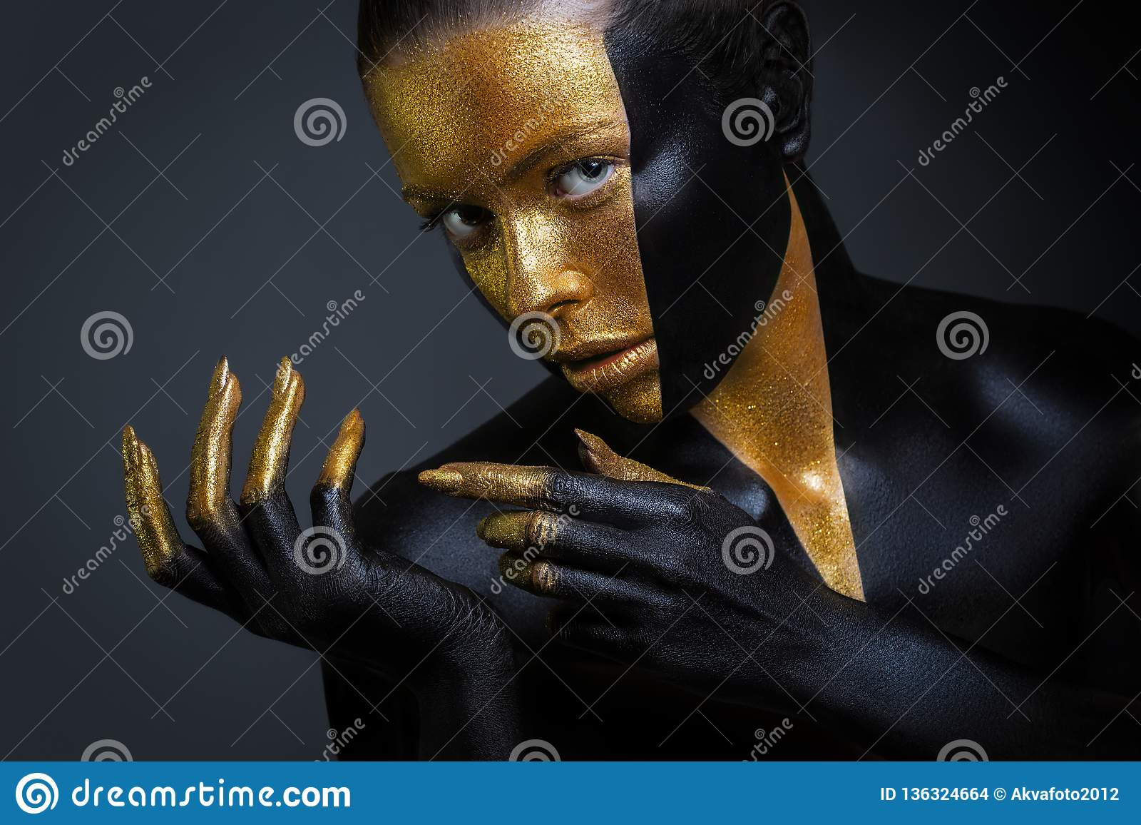 有金子和黑油漆的美女在她的面孔和身体 与创造性的构成的女性画象