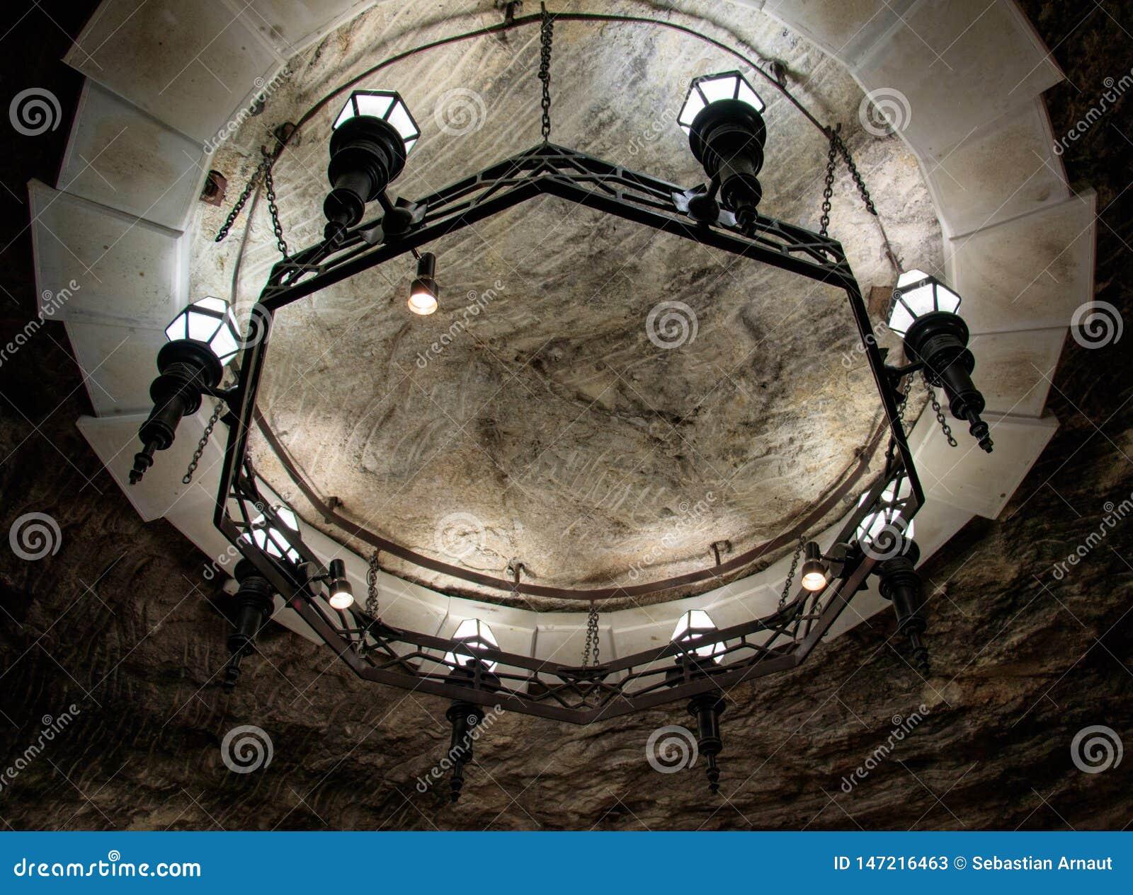 有金属框架的圆的枝形吊灯