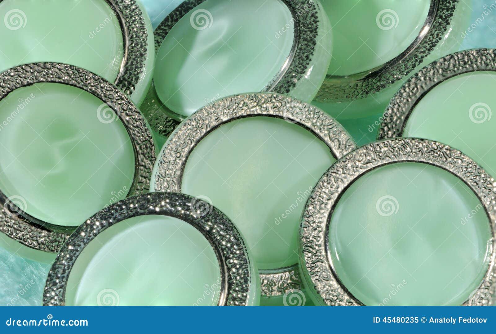 有金属框架的绿色按钮