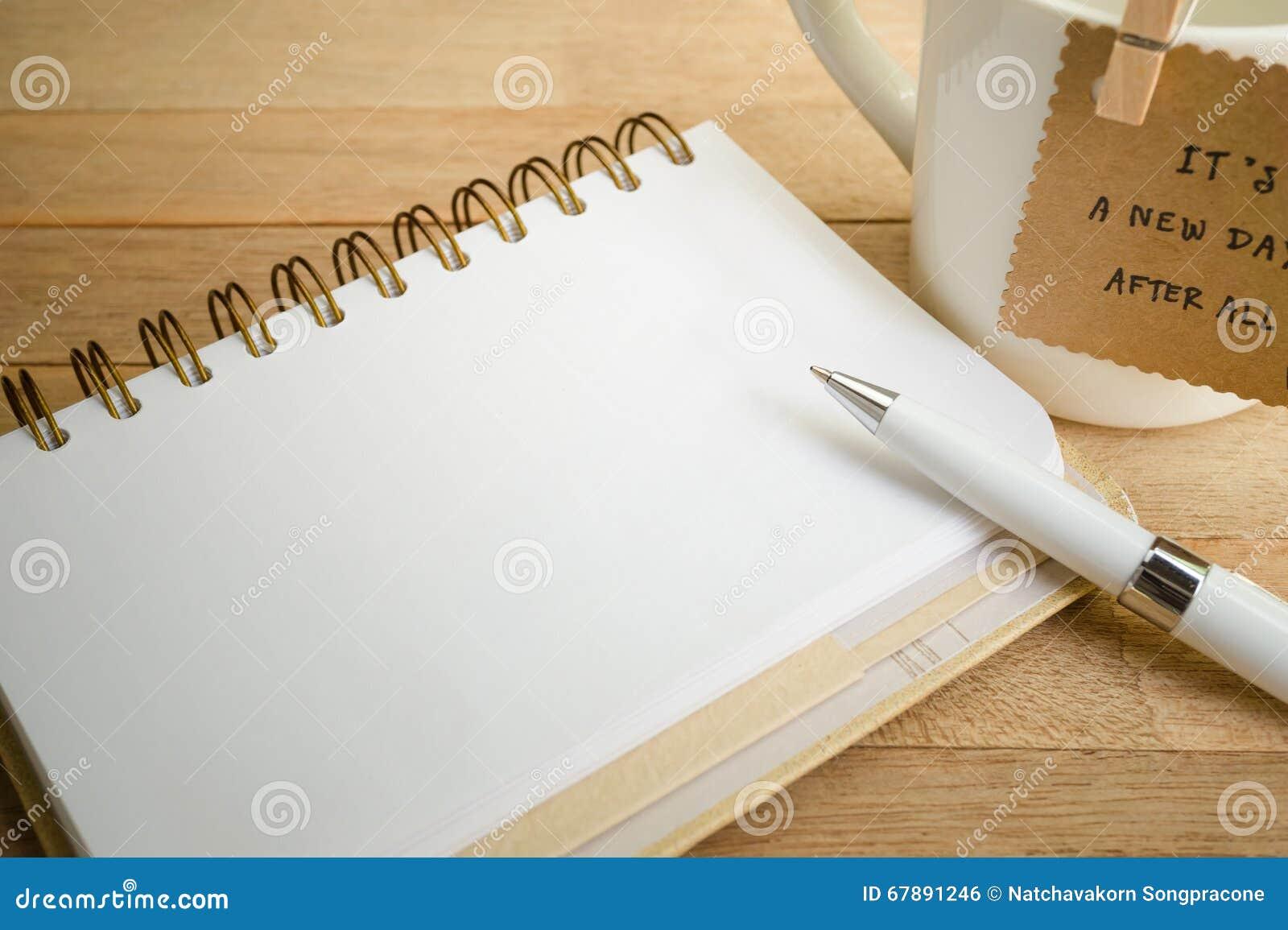 有金属黏合剂的古色古香的笔记本在木背景