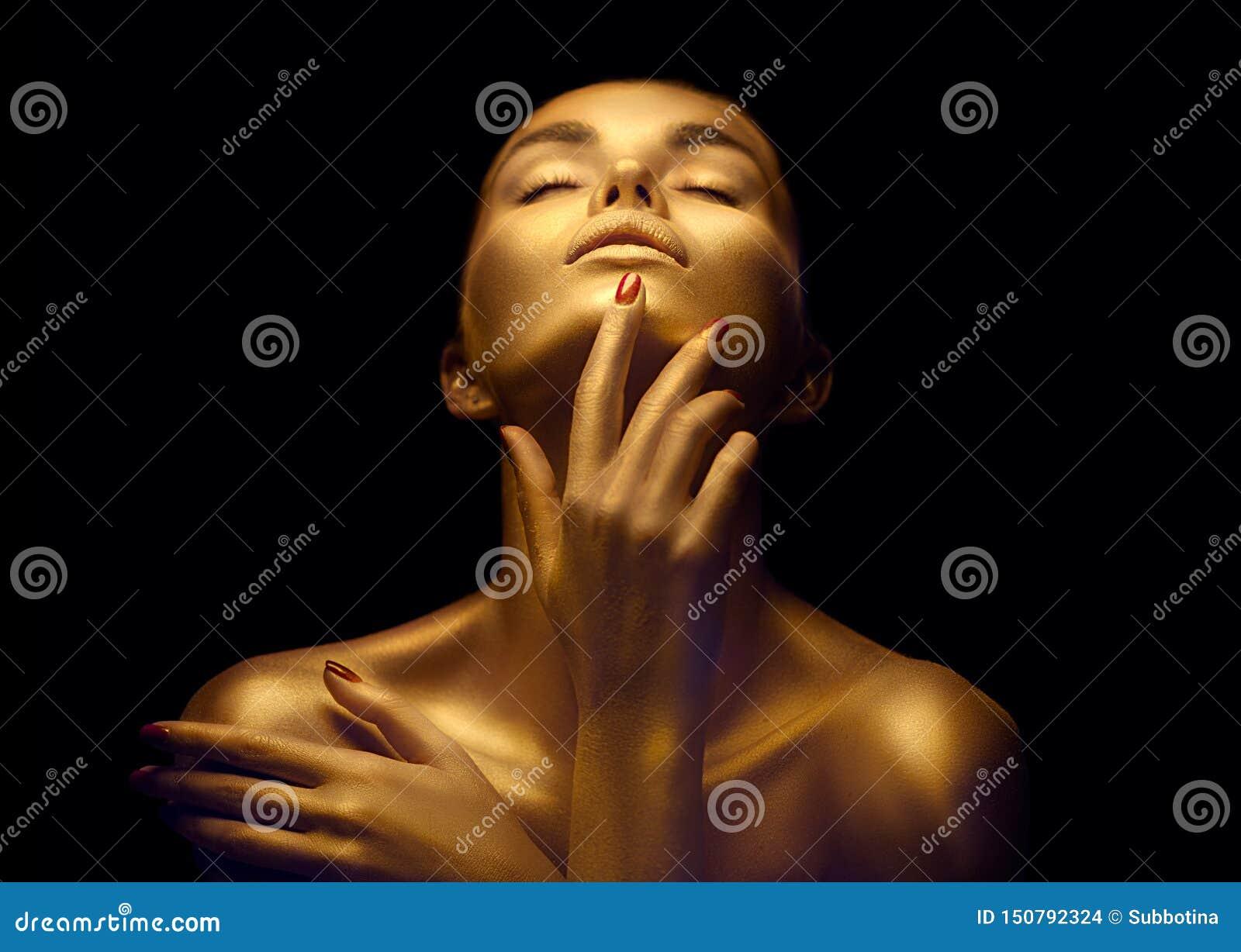 有金黄皮肤的秀丽性感的妇女 时尚艺术画象特写镜头 有发光的金黄专业构成的式样女孩