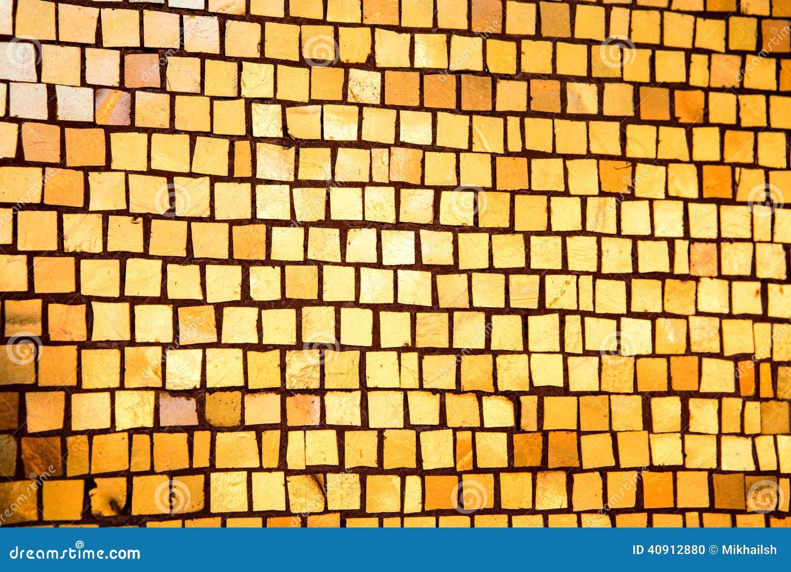 有金黄马赛克的墙壁作为纹理