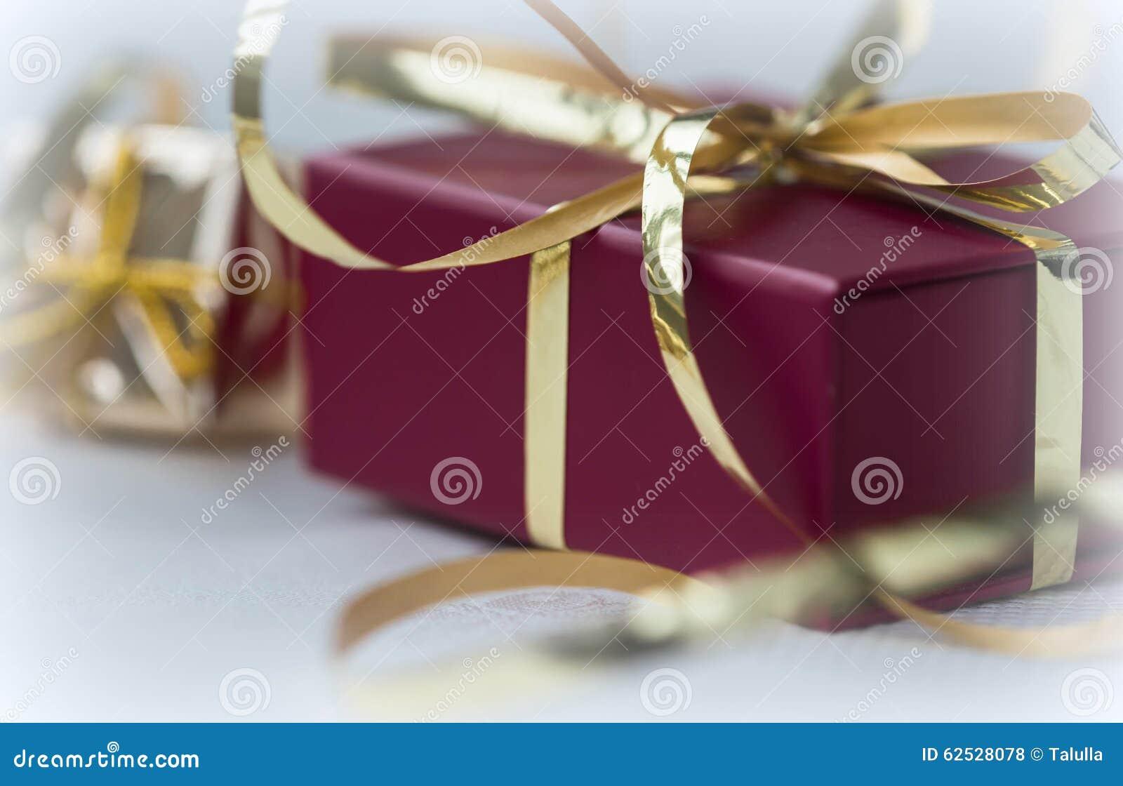 有金黄ribbo的红色礼物盒