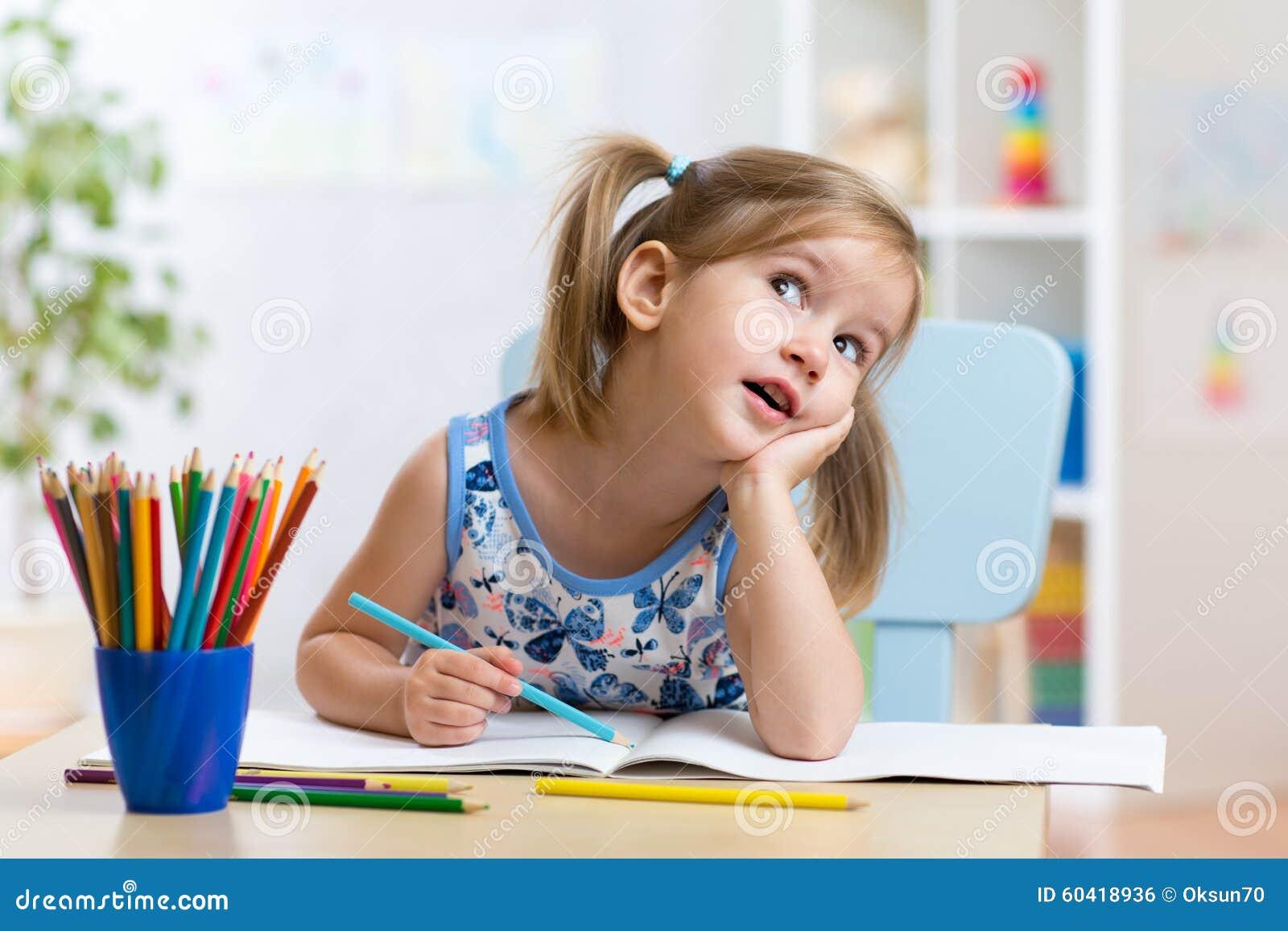 有铅笔的梦想的孩子女孩