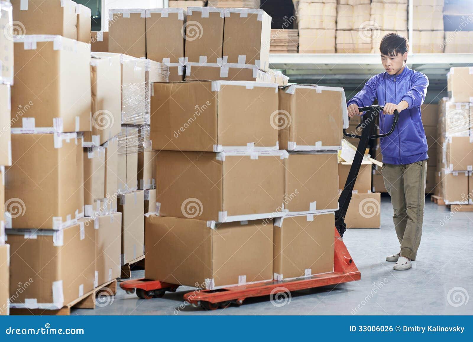 有铲车堆货机的中国仓库工作者