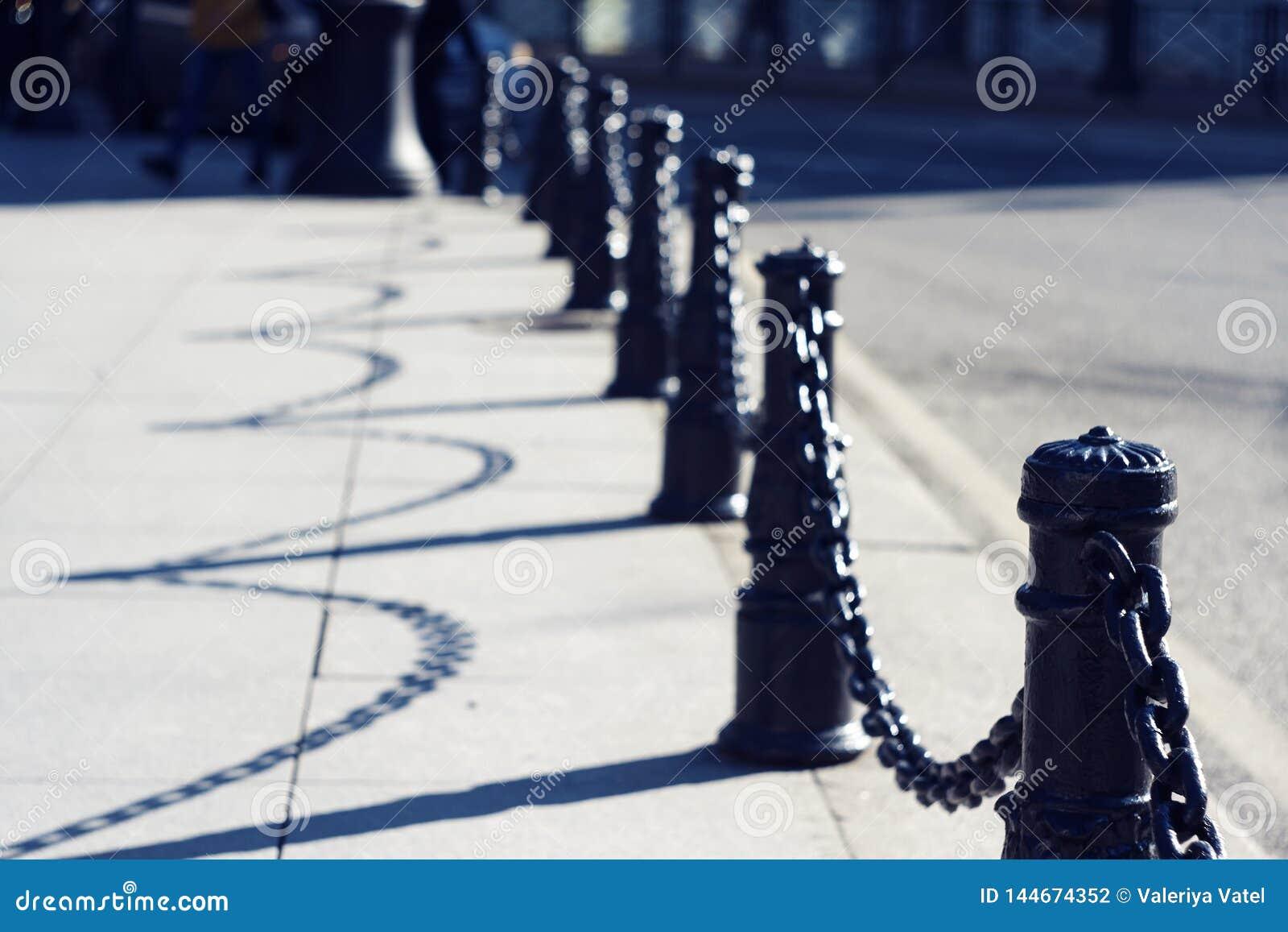 有链子的美丽的优美的黑装饰篱芭